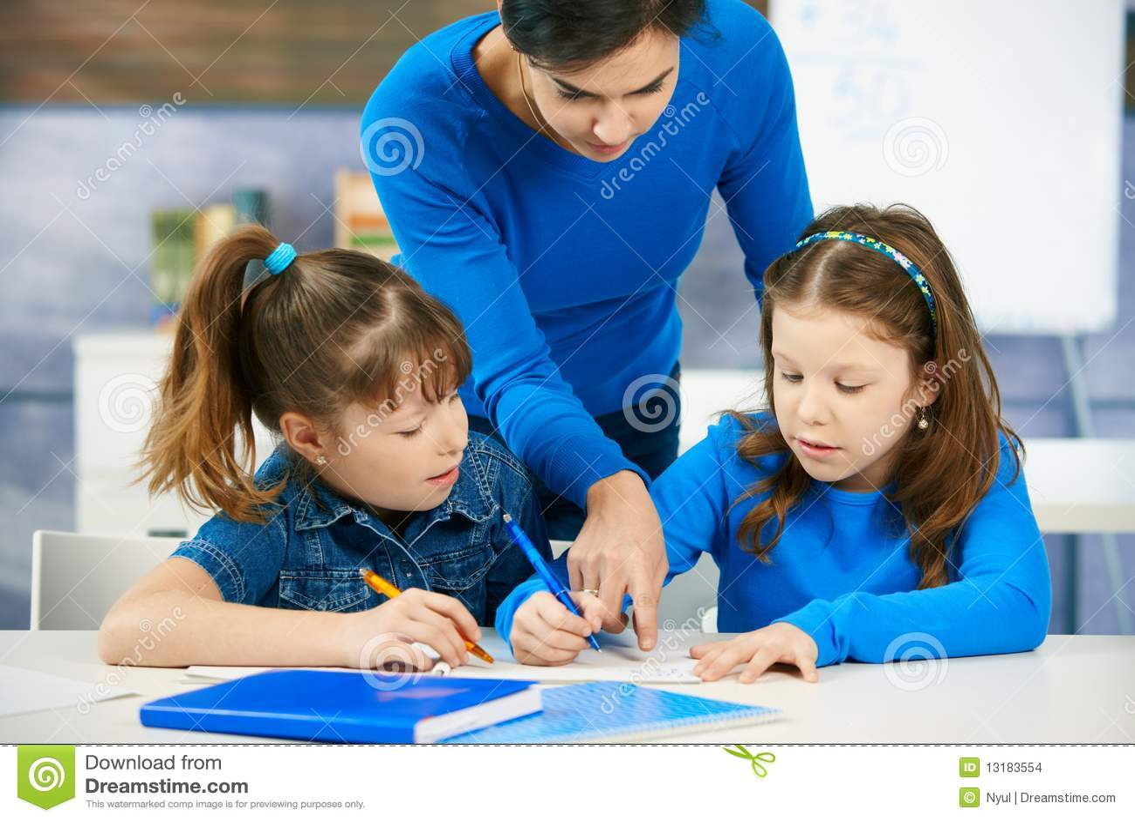 Crianças E Professor Na Sala De Aula Foto de Stock - Imagem de ... 715c5017cc28d