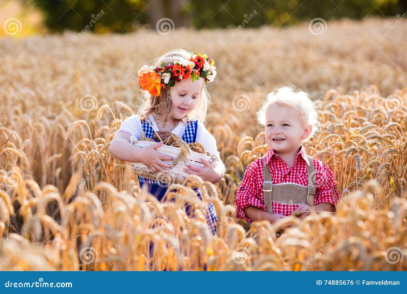 Crianças em trajes bávaros no campo de trigo