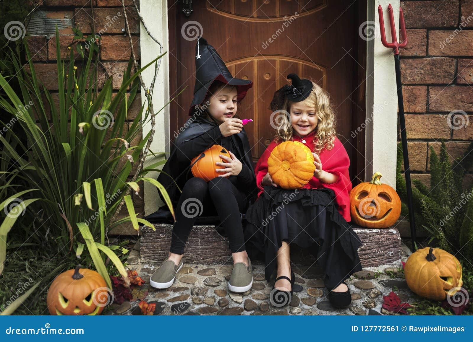 Crianças em um partido de Dia das Bruxas