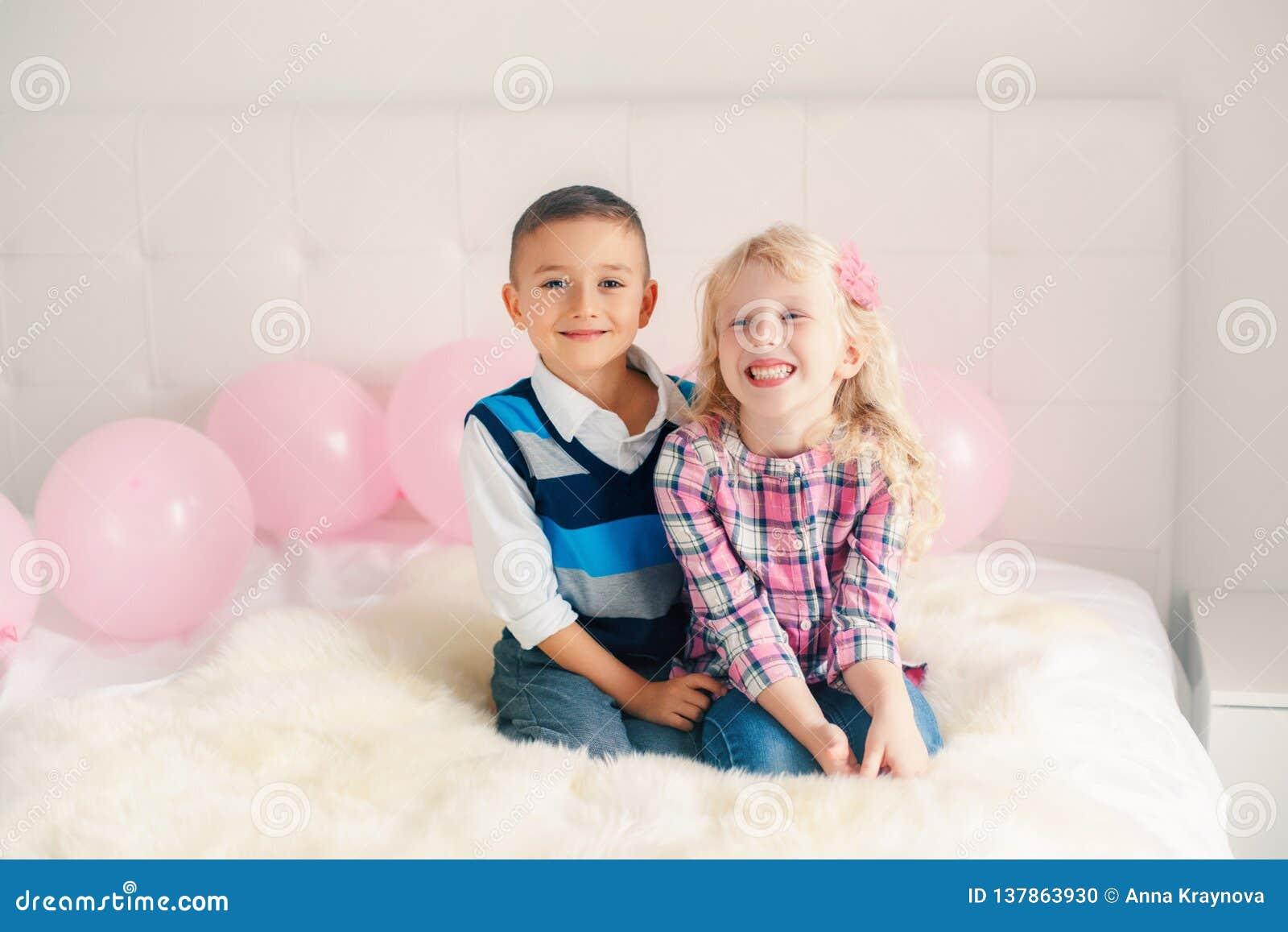 Crianças engraçadas adoráveis bonitos caucasianos brancas surpreendidas de sorriso felizes