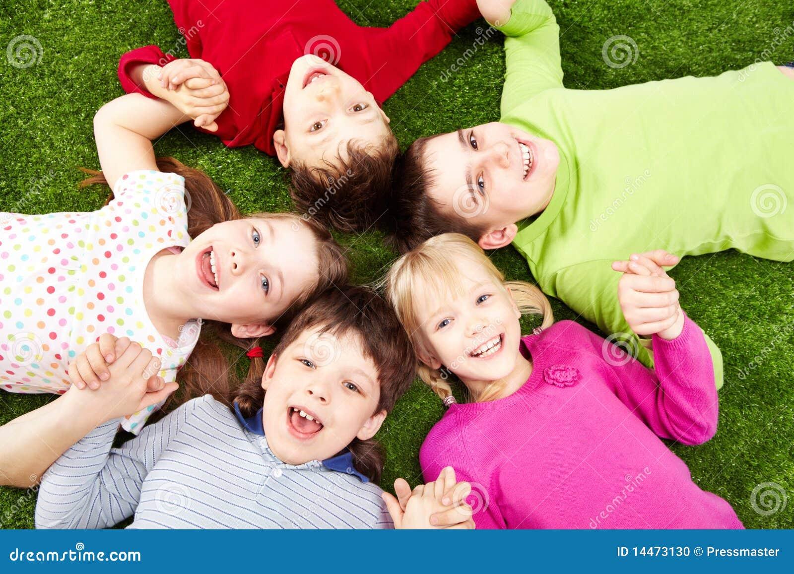 Meninos E Meninas De Nacionalidades Diferentes Childre: Crianças Felizes Foto De Stock