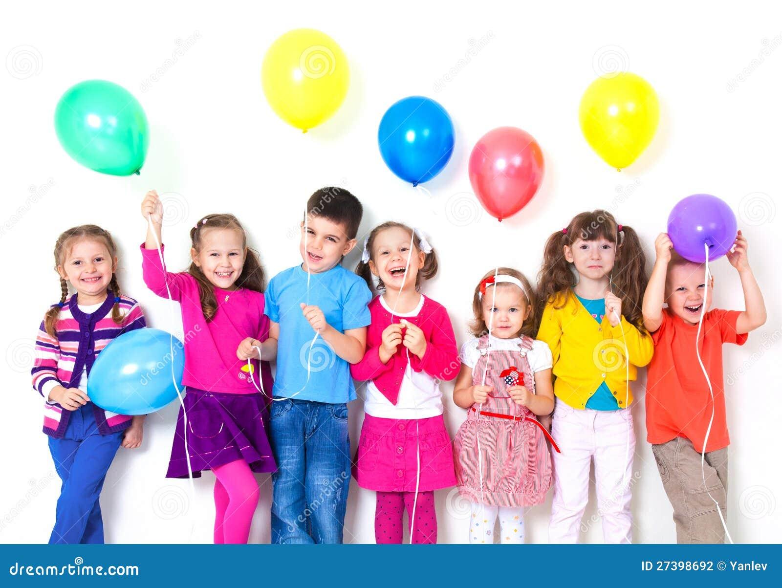 Crianças felizes com balões