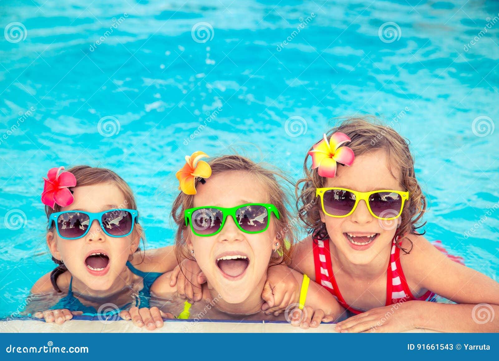 Crianças felizes na piscina