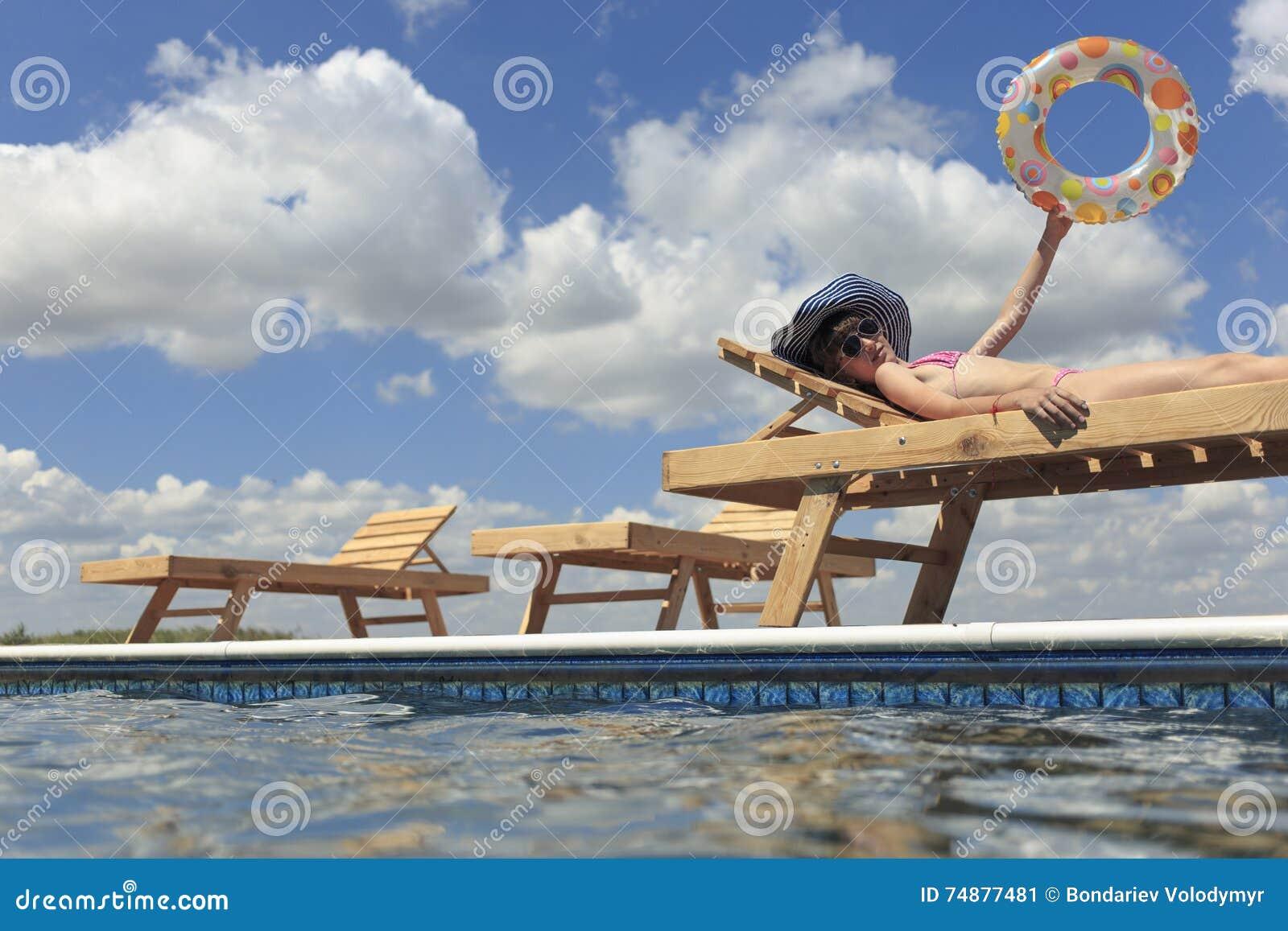 Crianças felizes na praia durante o verão