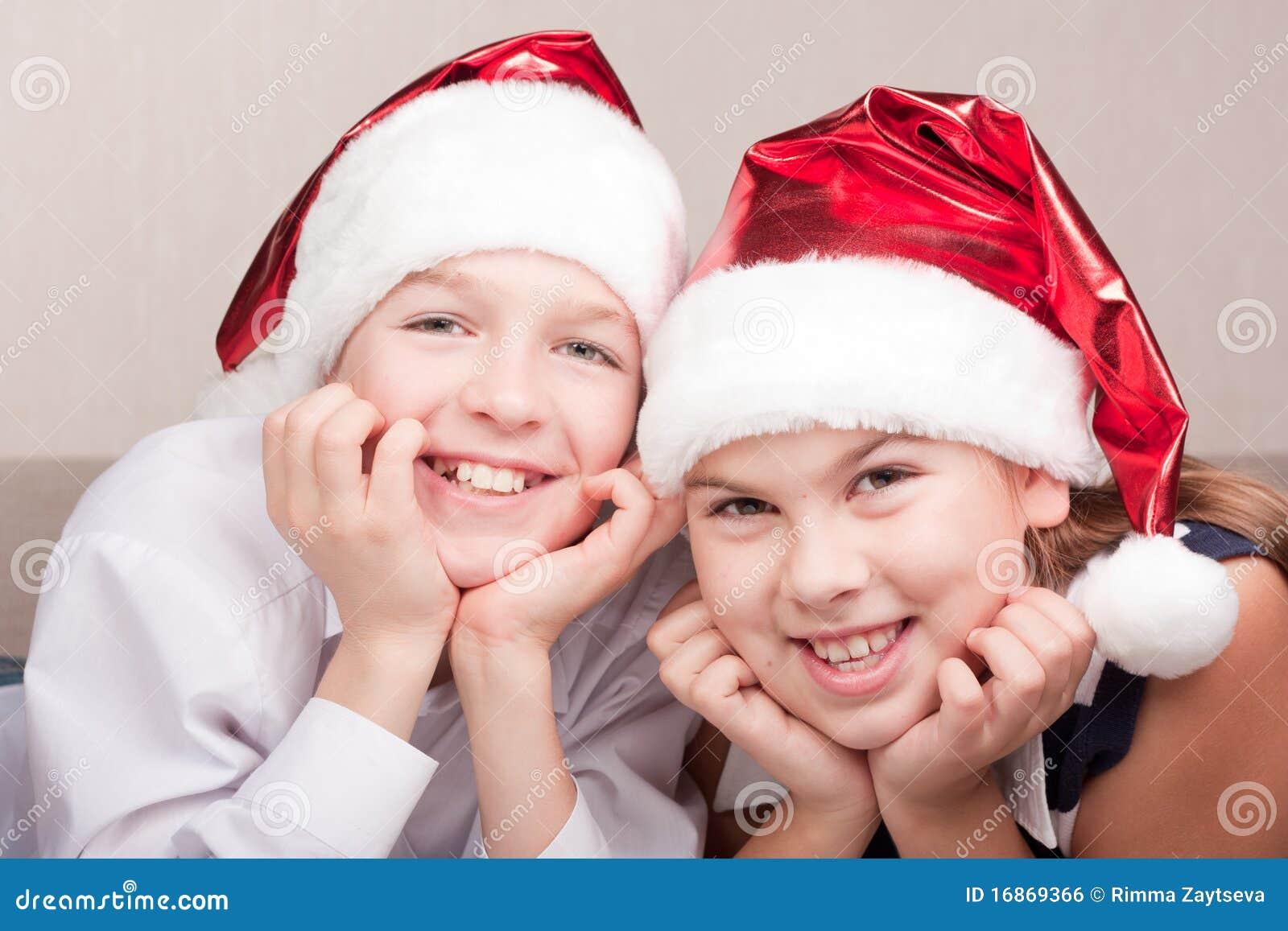 Crianças felizes no chapéu de Santa