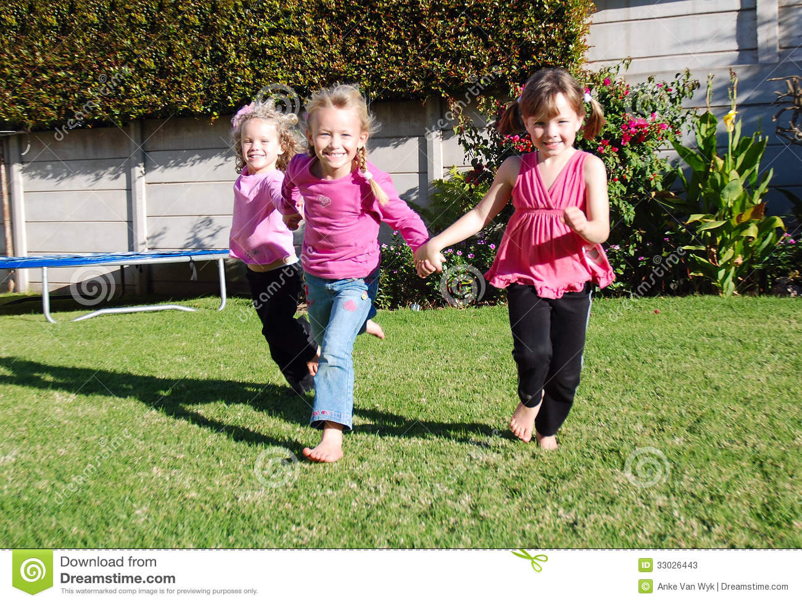 Crianças felizes que jogam e que correm