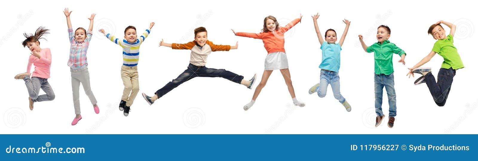 Crianças felizes que saltam no ar sobre o fundo branco