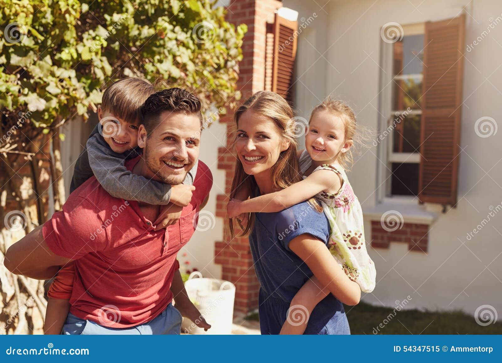 ead11792ff3ccb Crianças Levando Dos Pares Felizes Em Suas Partes Traseiras Imagem ...