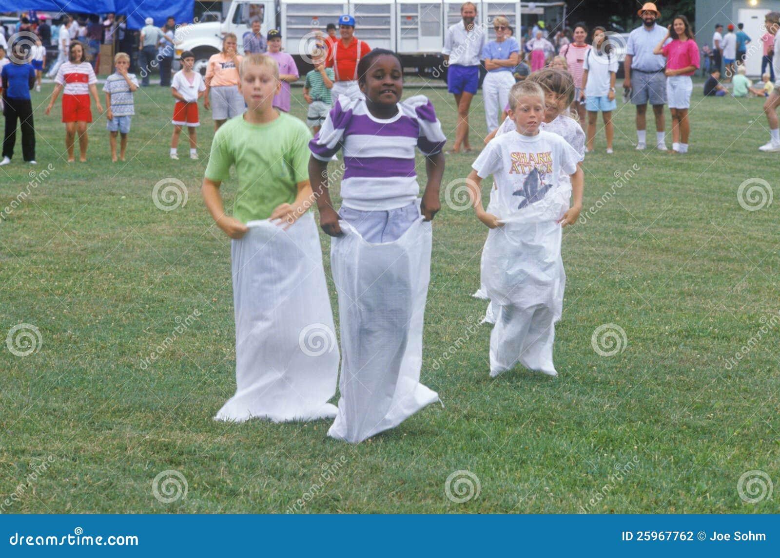 Crianças na raça de saco do potatoe