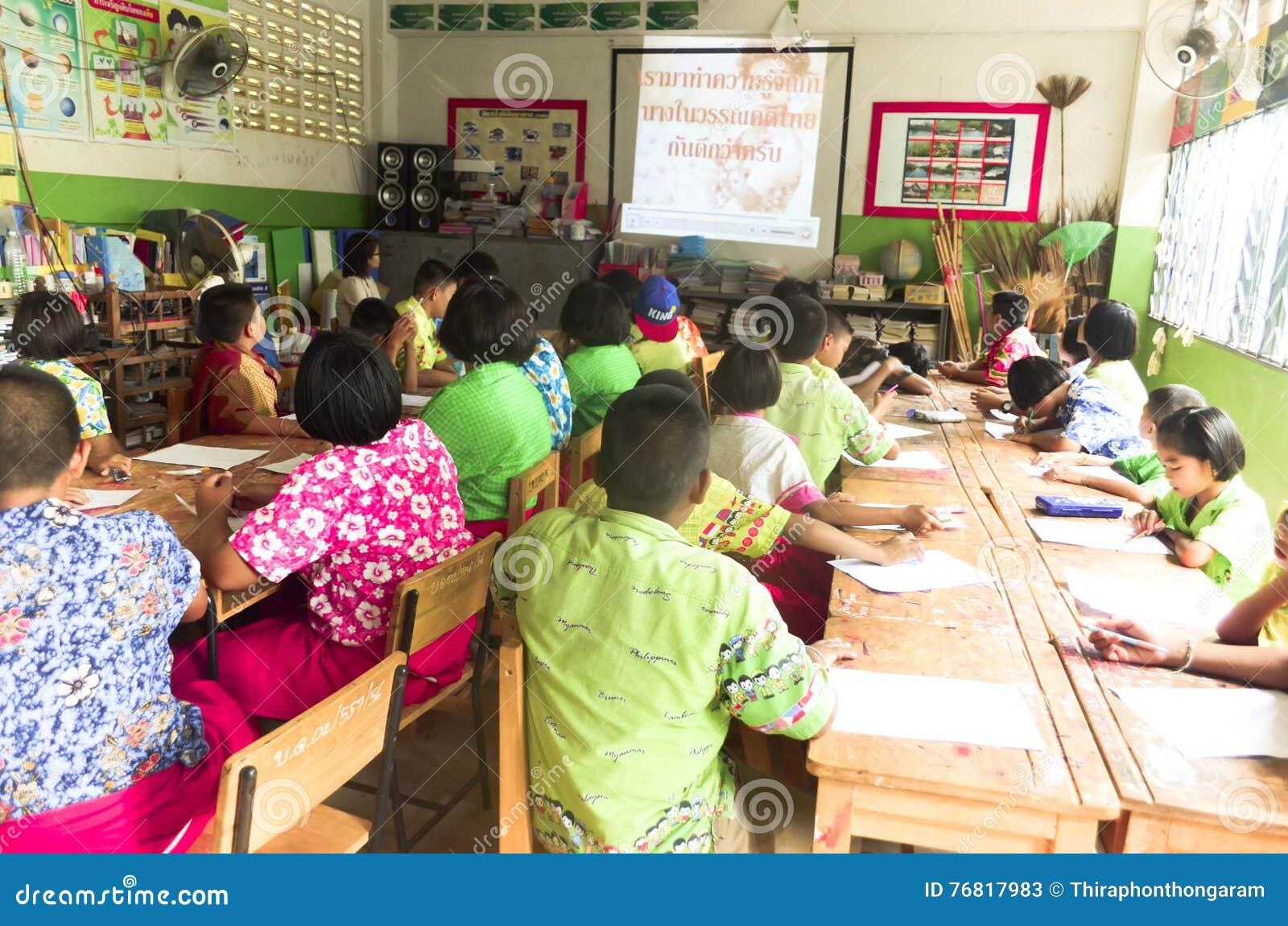 Crianças no dia acadêmico das atividades na escola primária