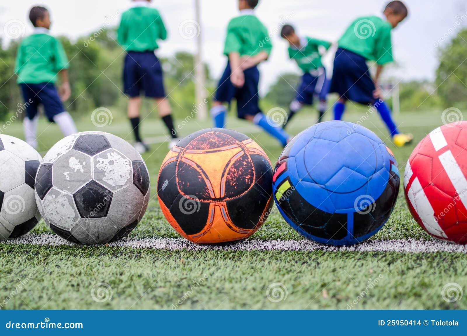 Crianças no treinamento da prática do futebol