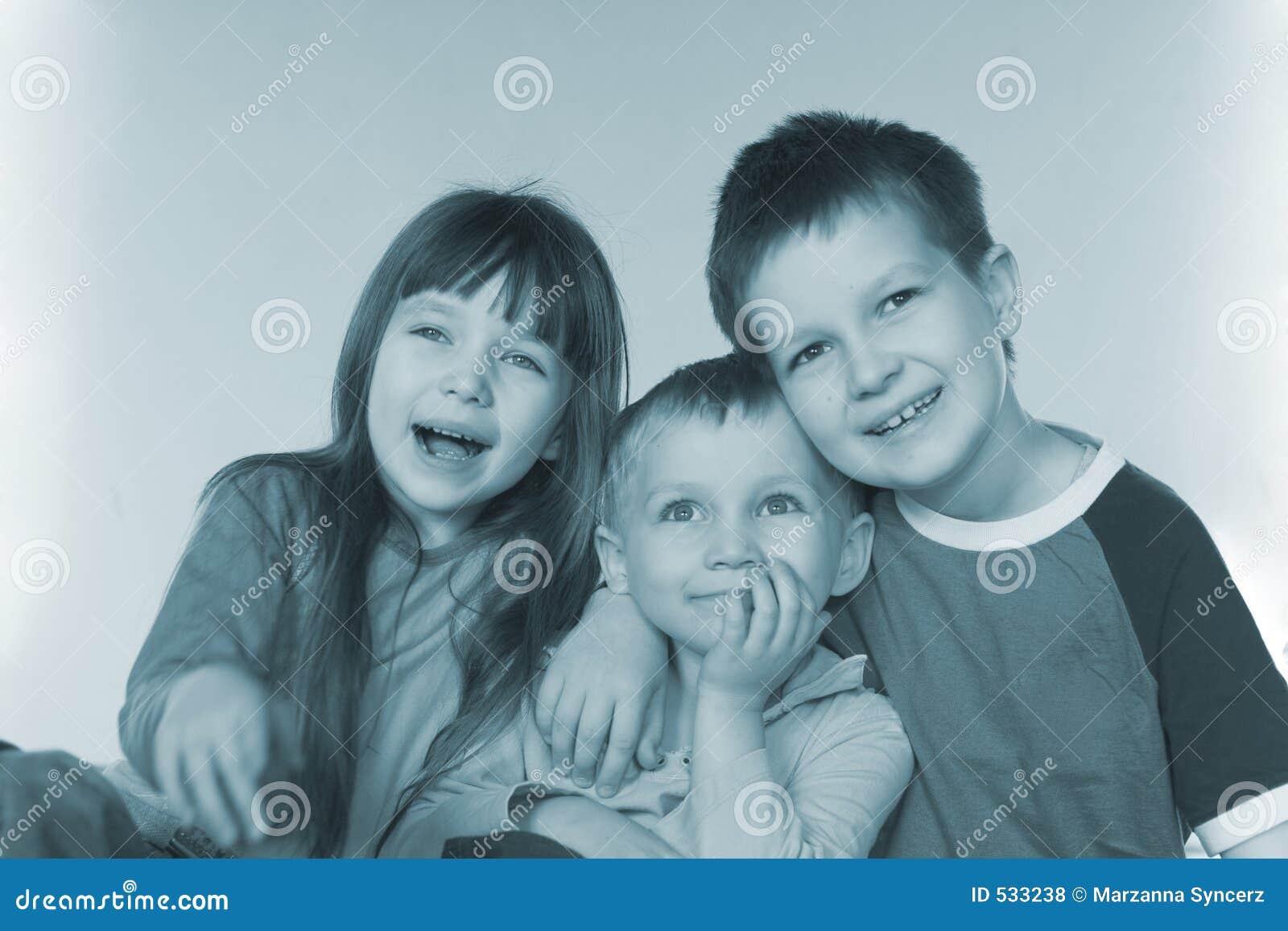 Crianças novas de sorriso