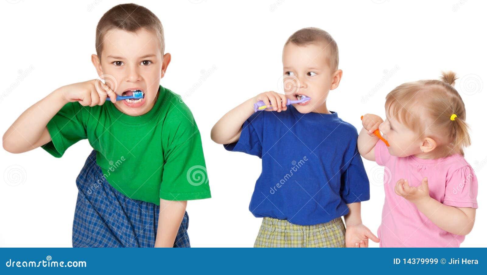 Crianças para escovar seus dentes