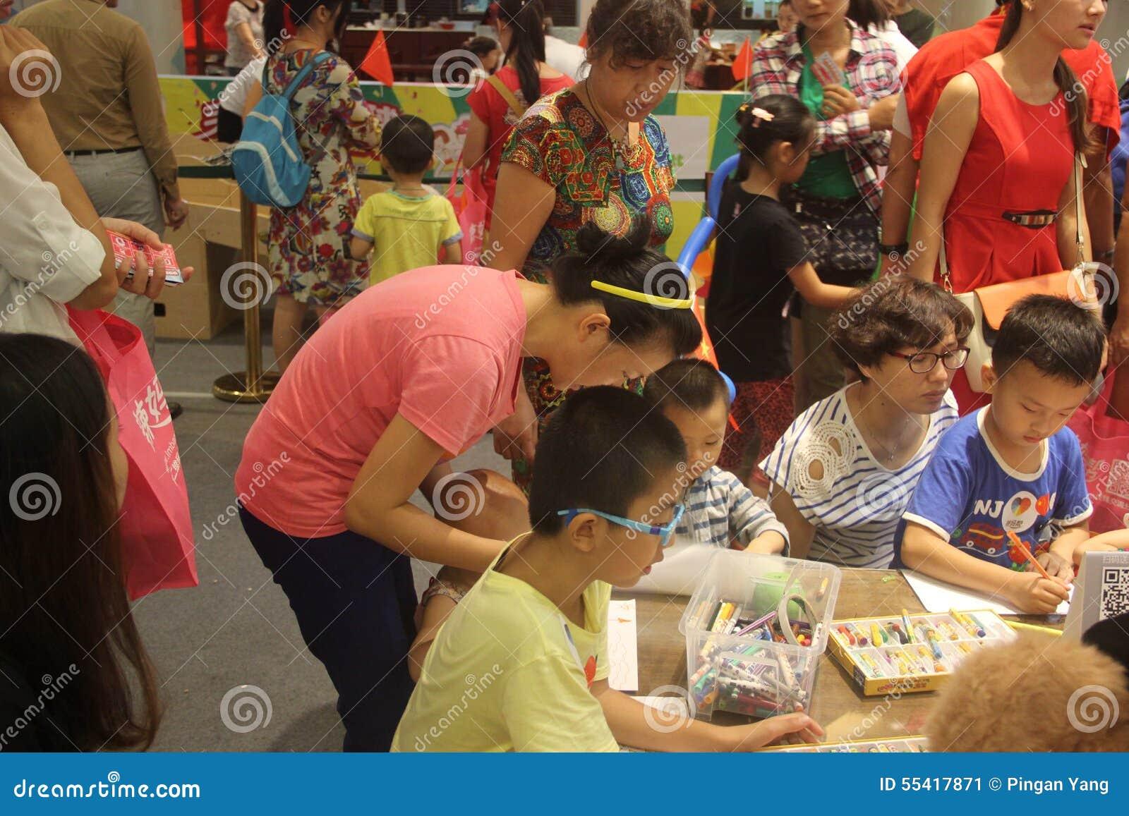 Crianças prées-escolar com seus pais nas atividades no jardim de infância em shenzhen