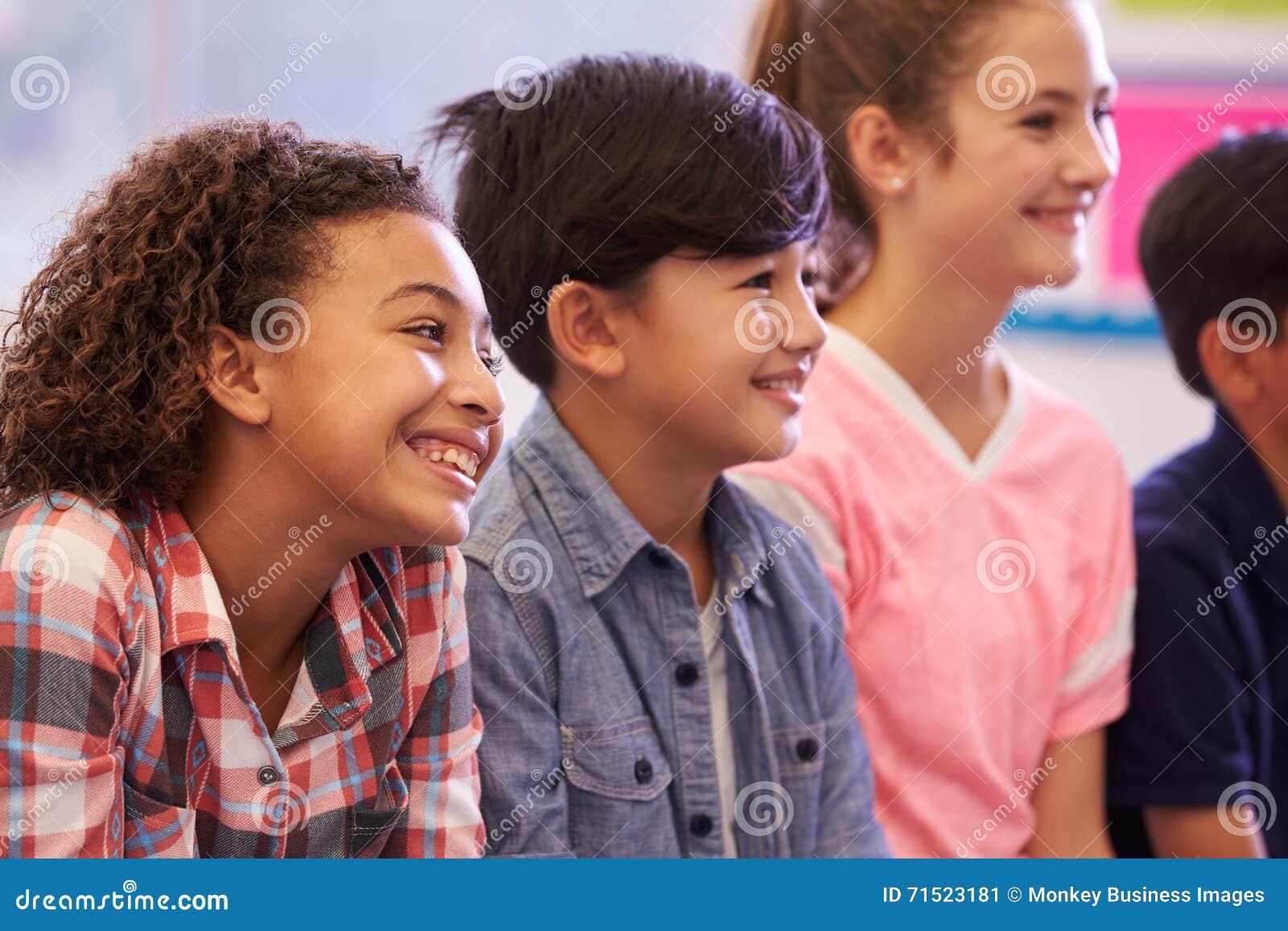 Crianças Pre-adolescentes da escola primária em uma lição