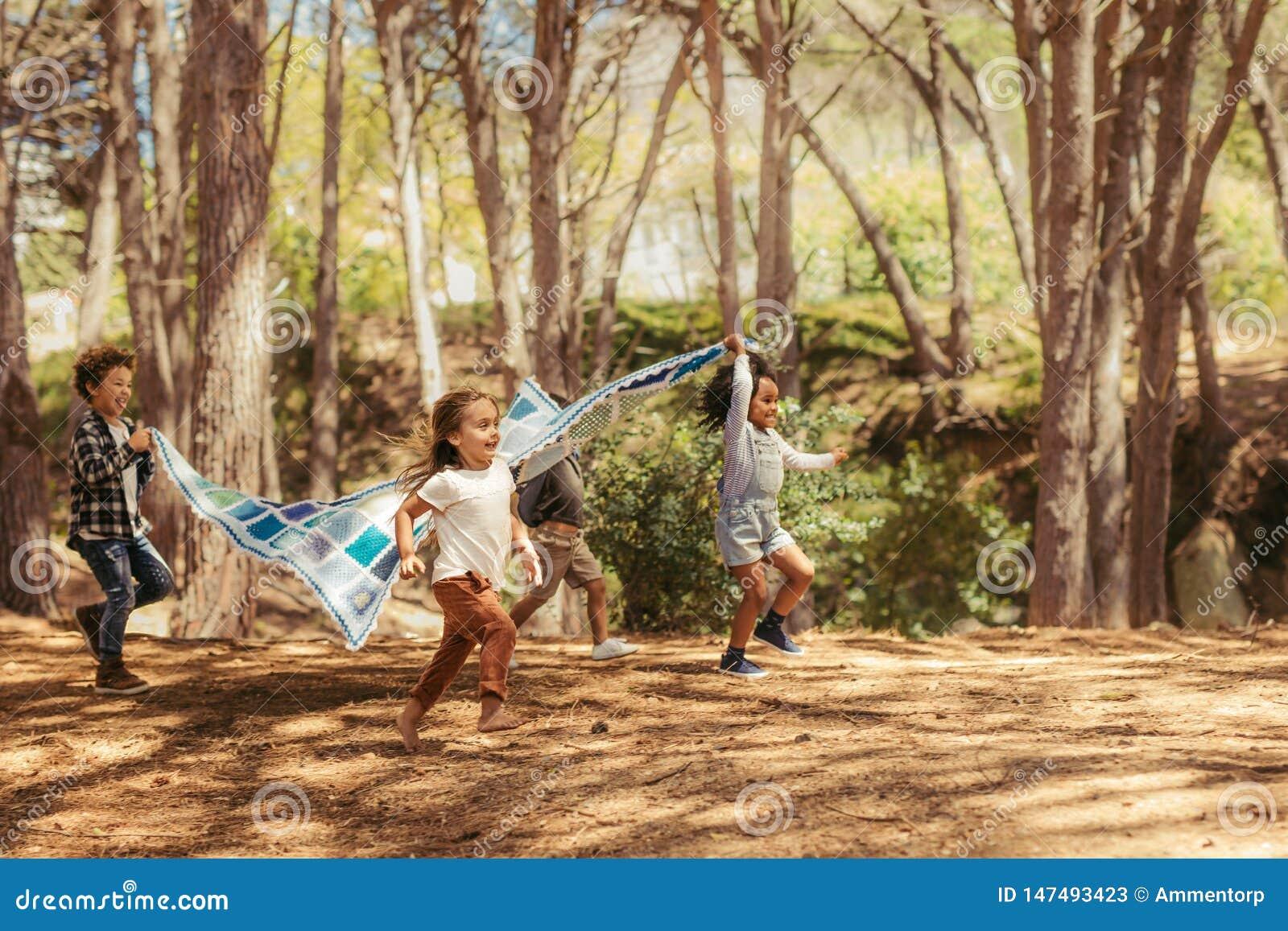 Crianças que apreciam junto no parque