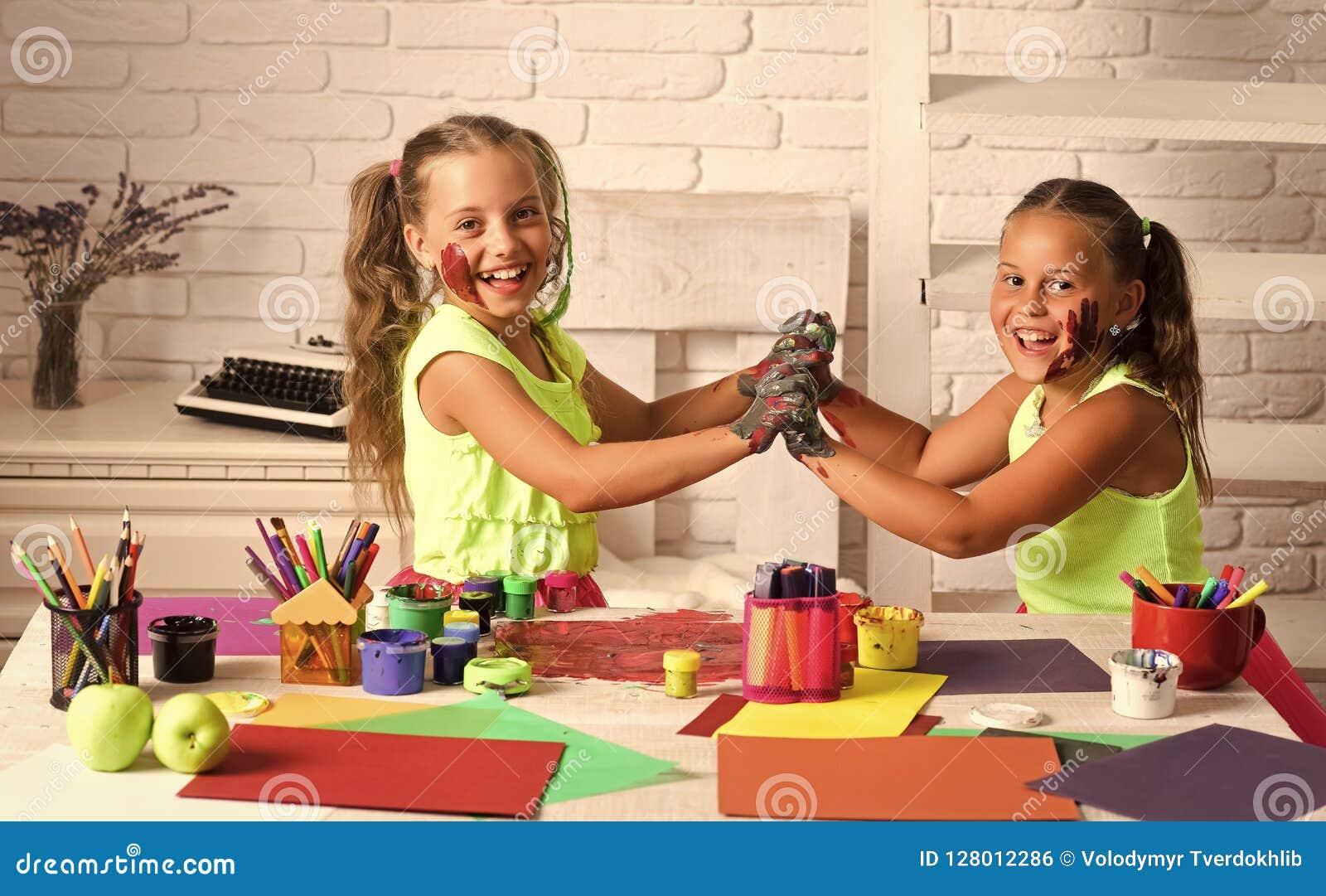 Crianças que aprendem e que jogam