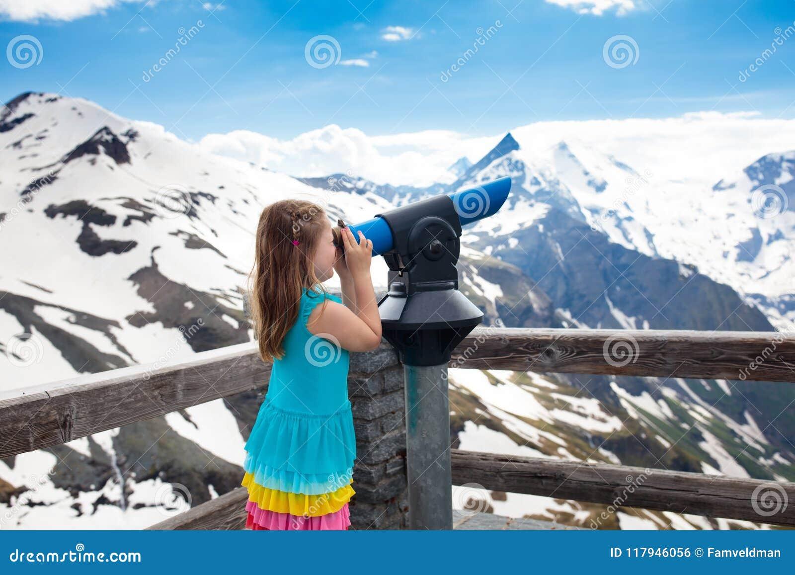 Crianças que caminham nas montanhas Miúdo com binóculos