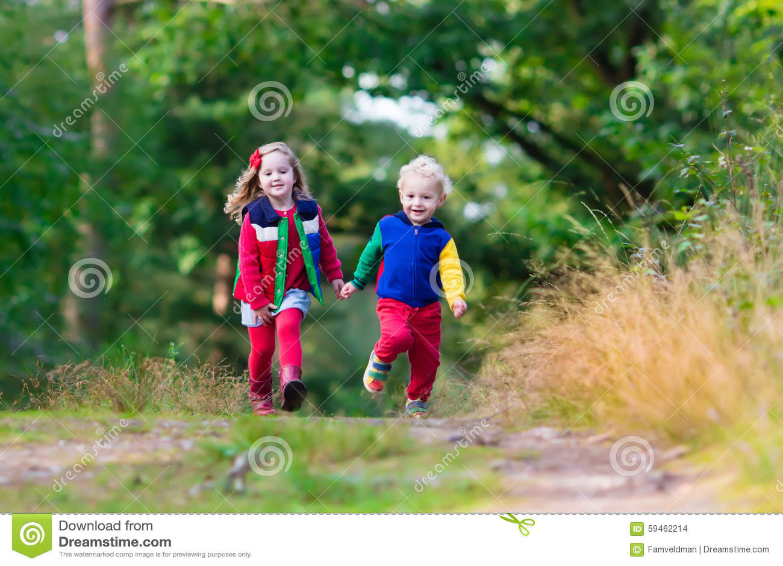 Crianças que caminham no parque do outono