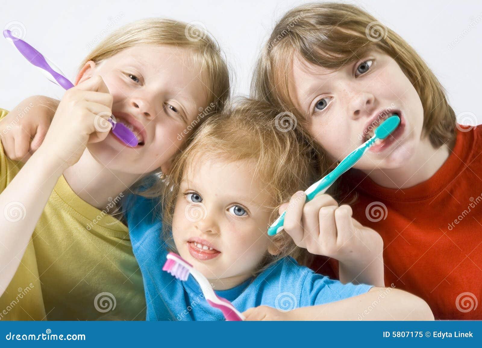Crianças que escovam os dentes
