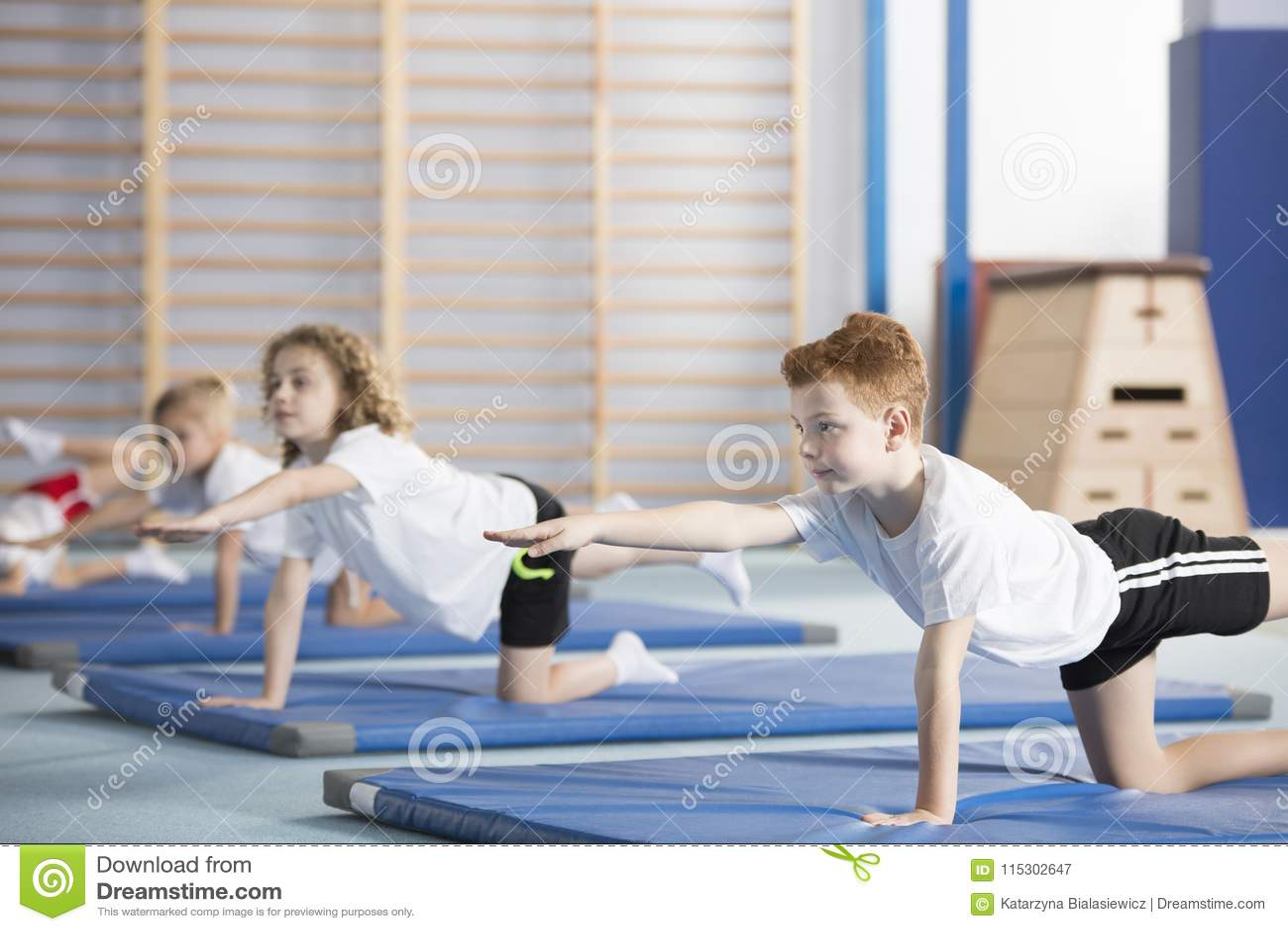 Crianças que fazem a ginástica