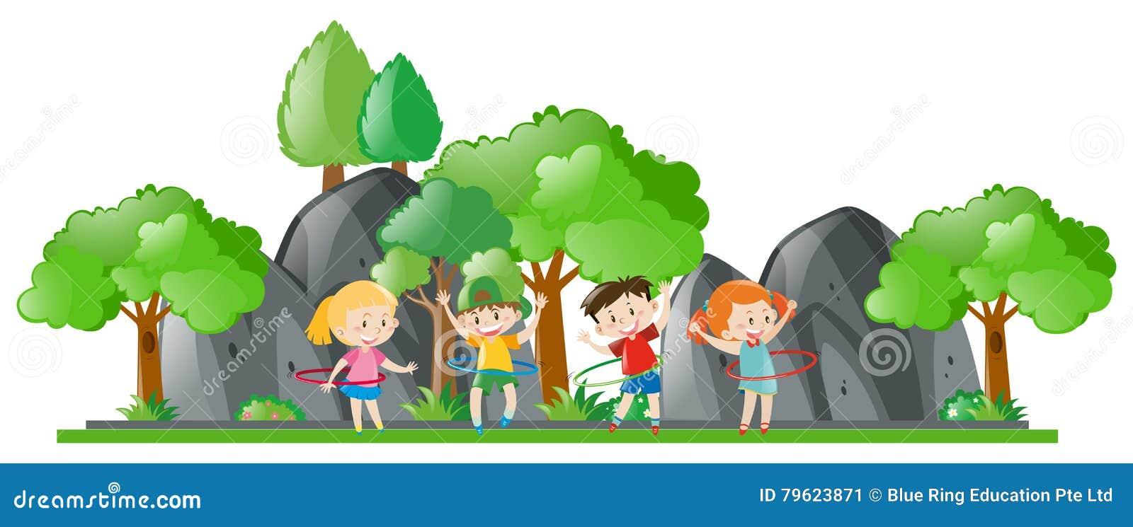 Crianças que fazem o hulahoop no parque