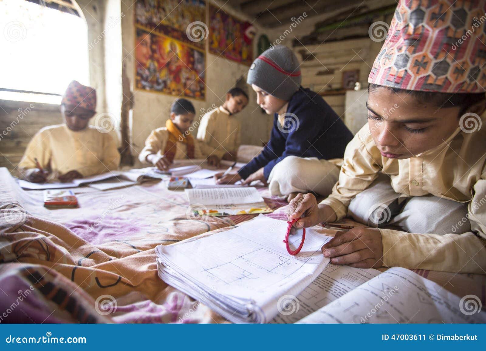 Crianças que fazem trabalhos de casa na escola de Jagadguru