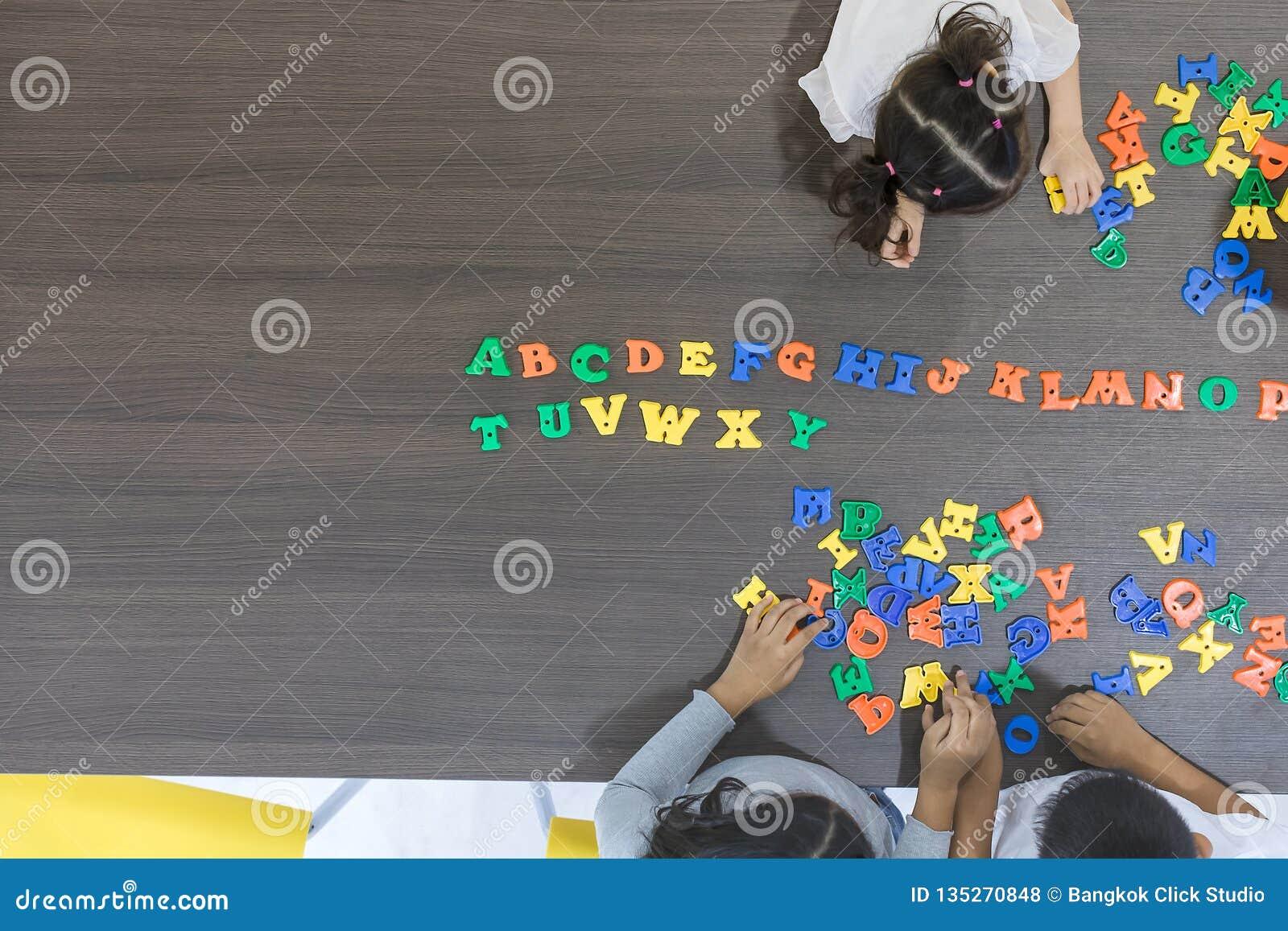 Crianças que jogam brinquedos coloridos