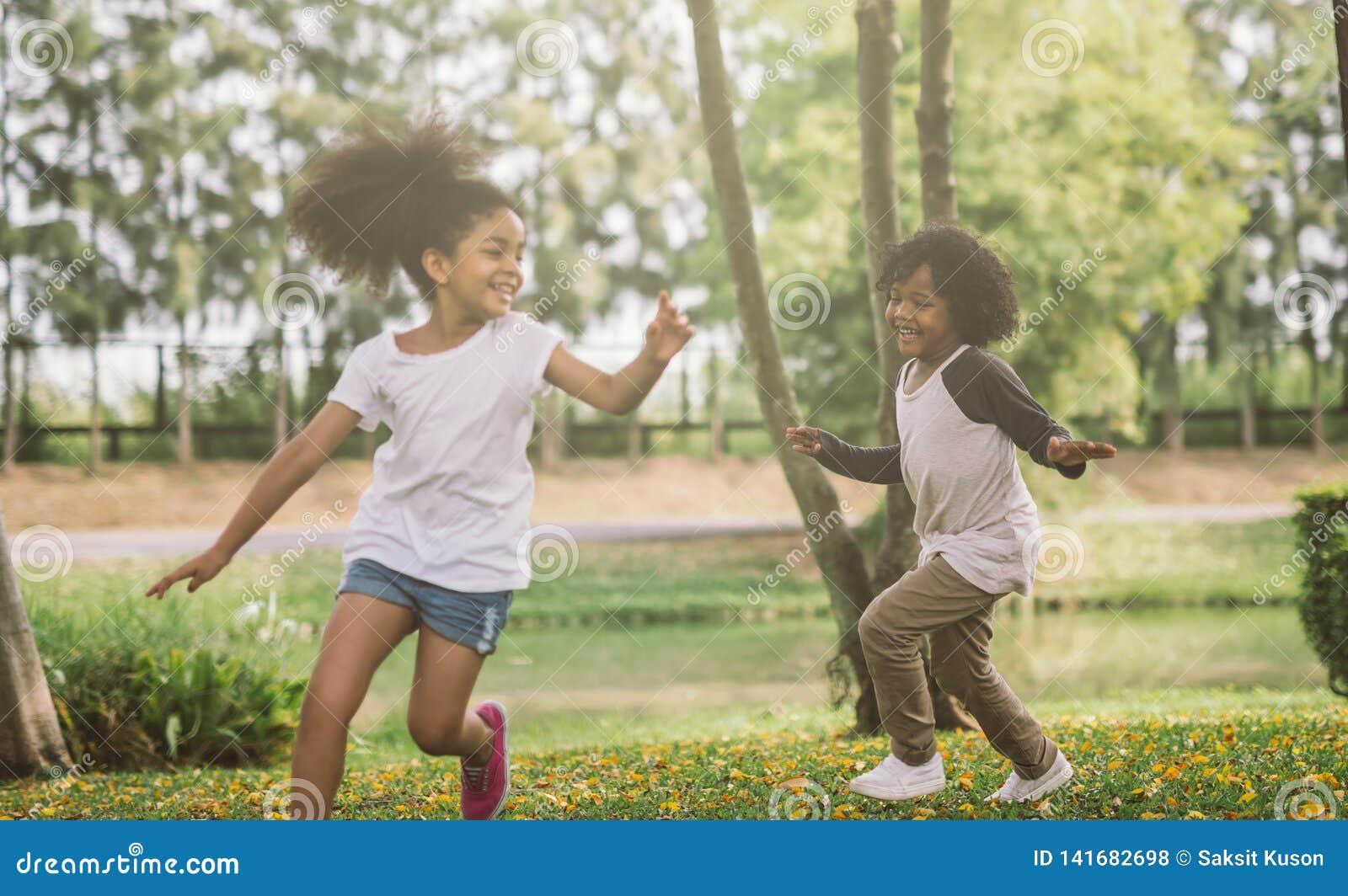 Crianças que jogam com amigos