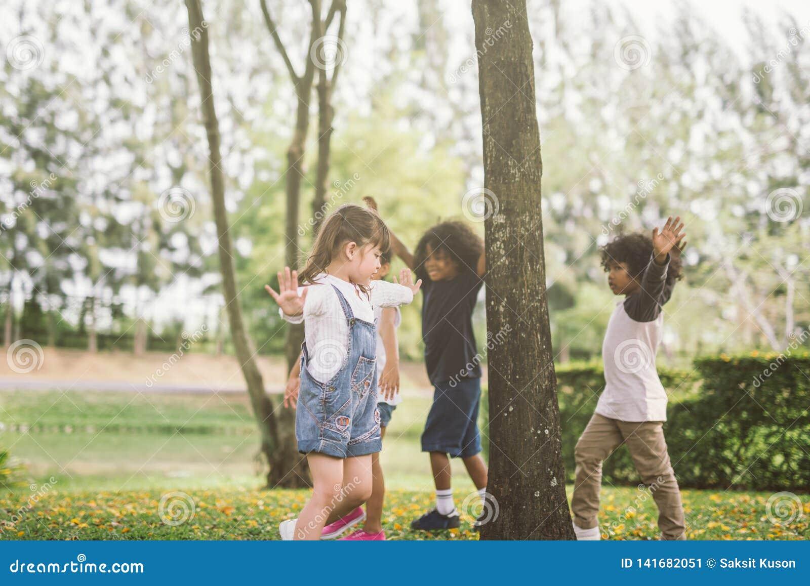 Crianças que jogam com os amigos no parque