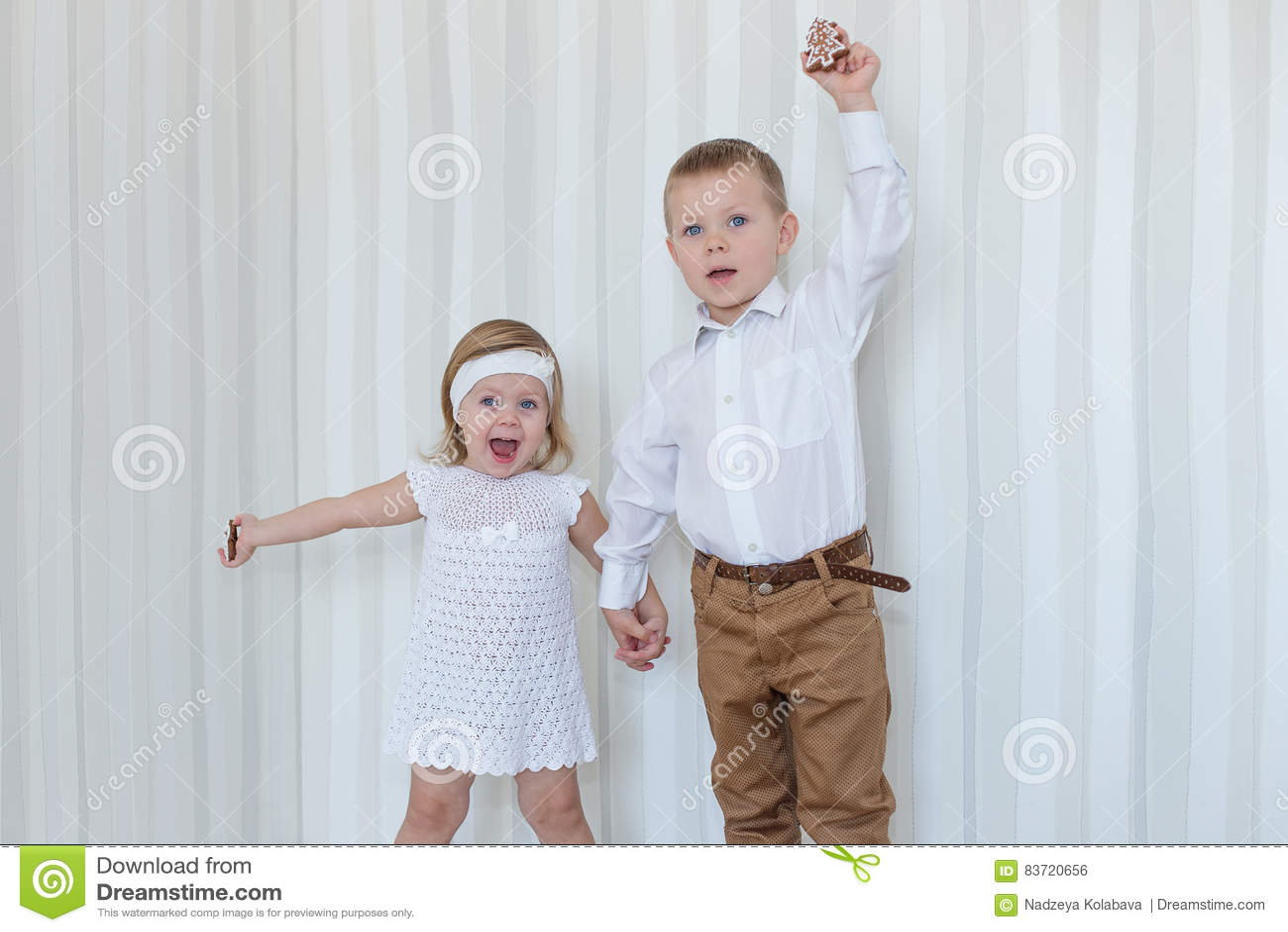 Crianças que jogam com véspera do ` s do ano novo do pão-de-espécie