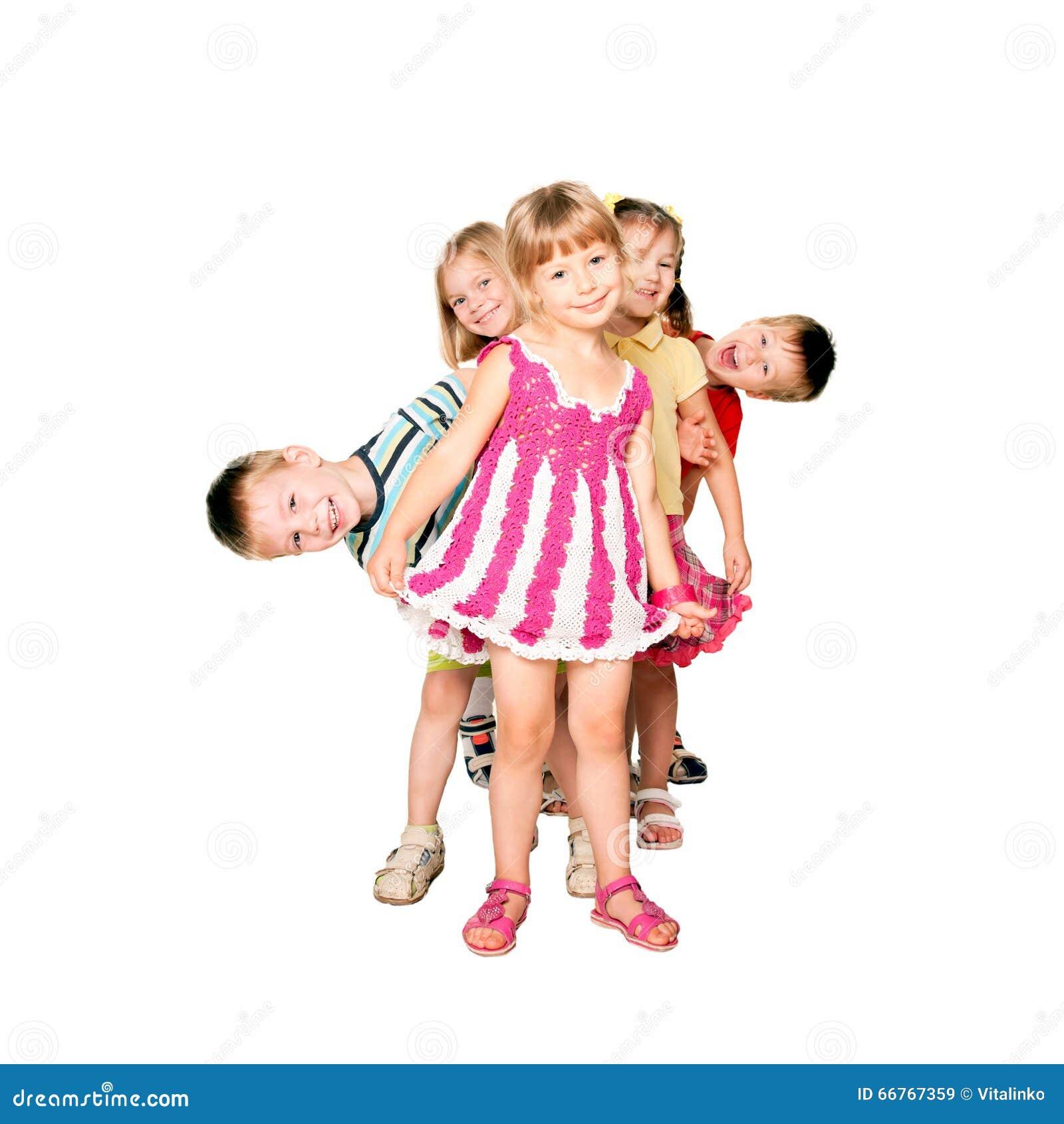 Crianças que jogam e que têm o divertimento