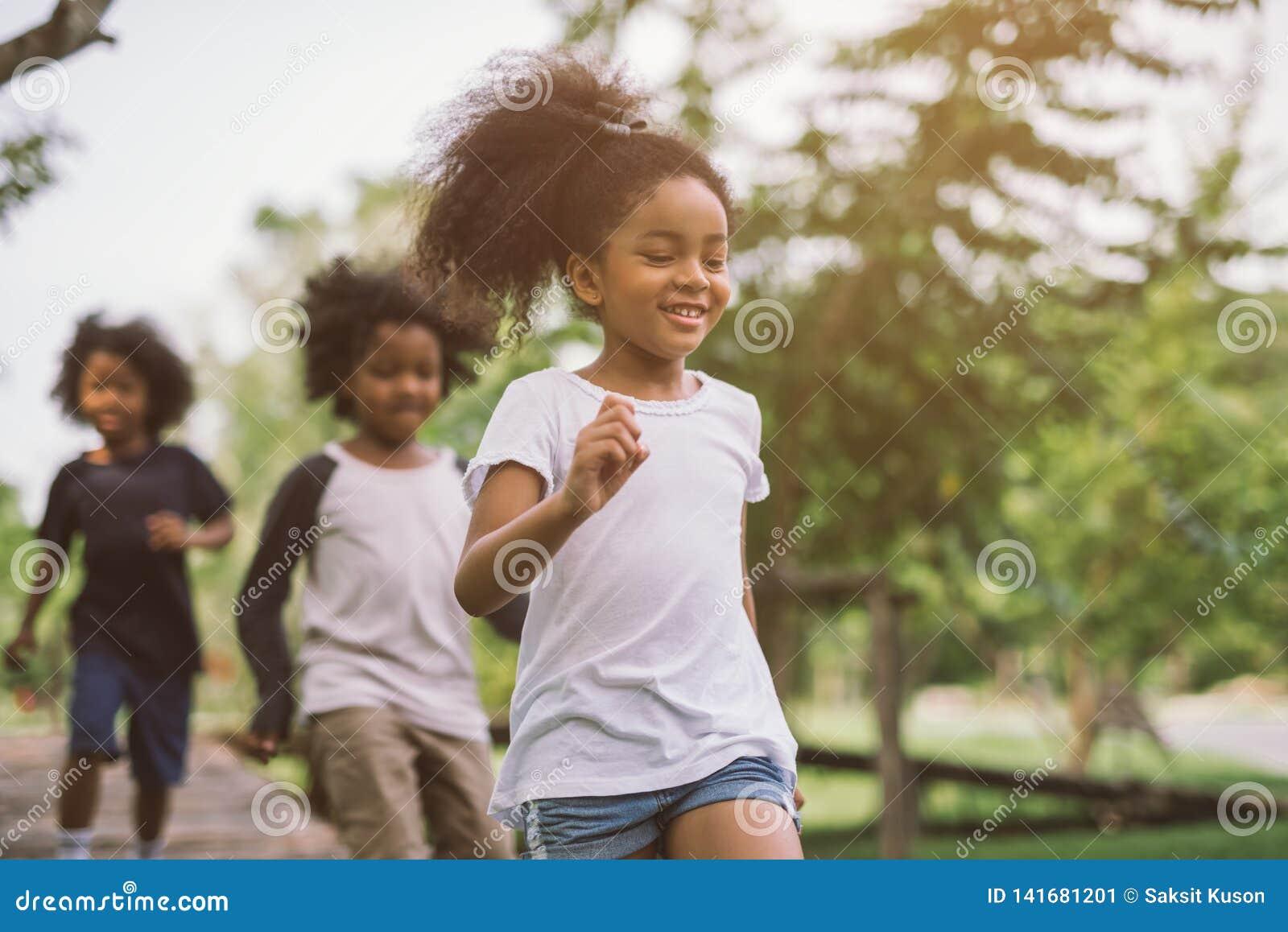 Crianças que jogam fora com amigos
