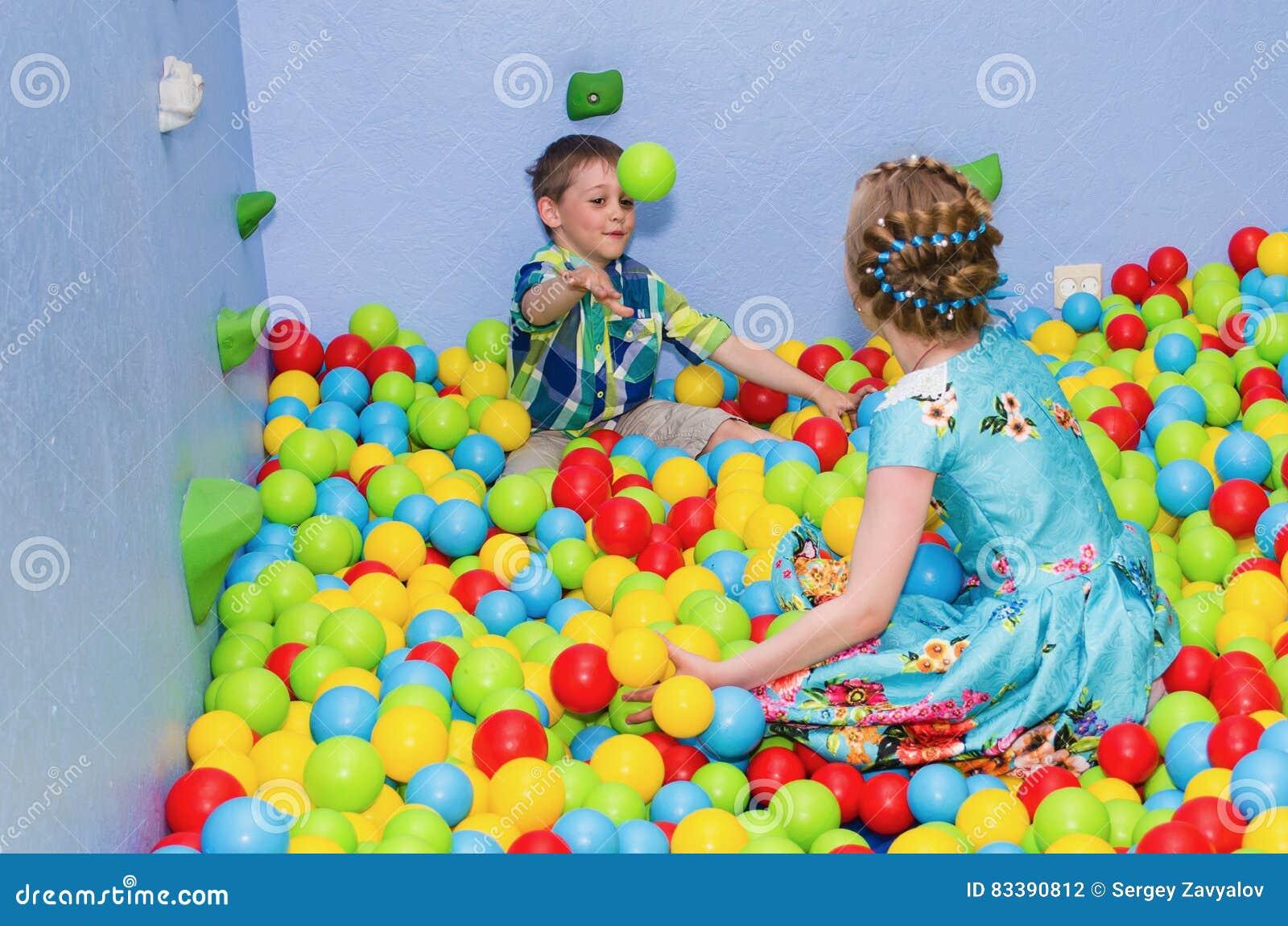 Crianças que jogam na associação seca
