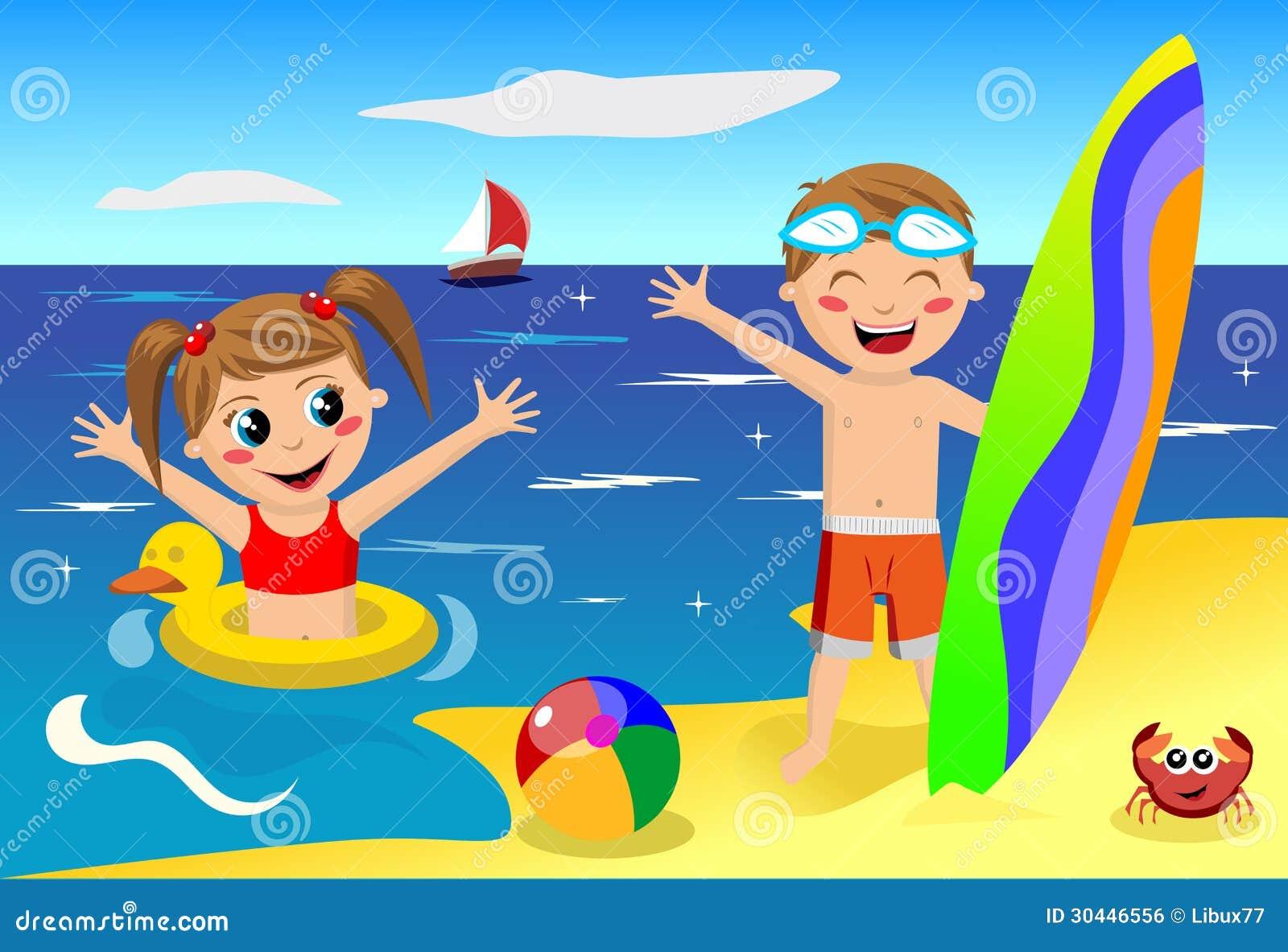 Crianças que jogam na praia