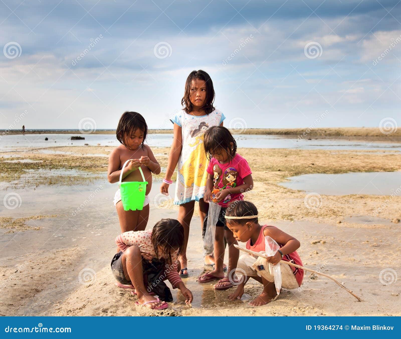 Crianças que jogam no beira-rio