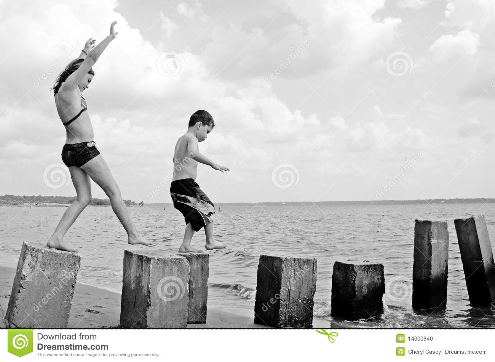 Crianças que jogam no seashore