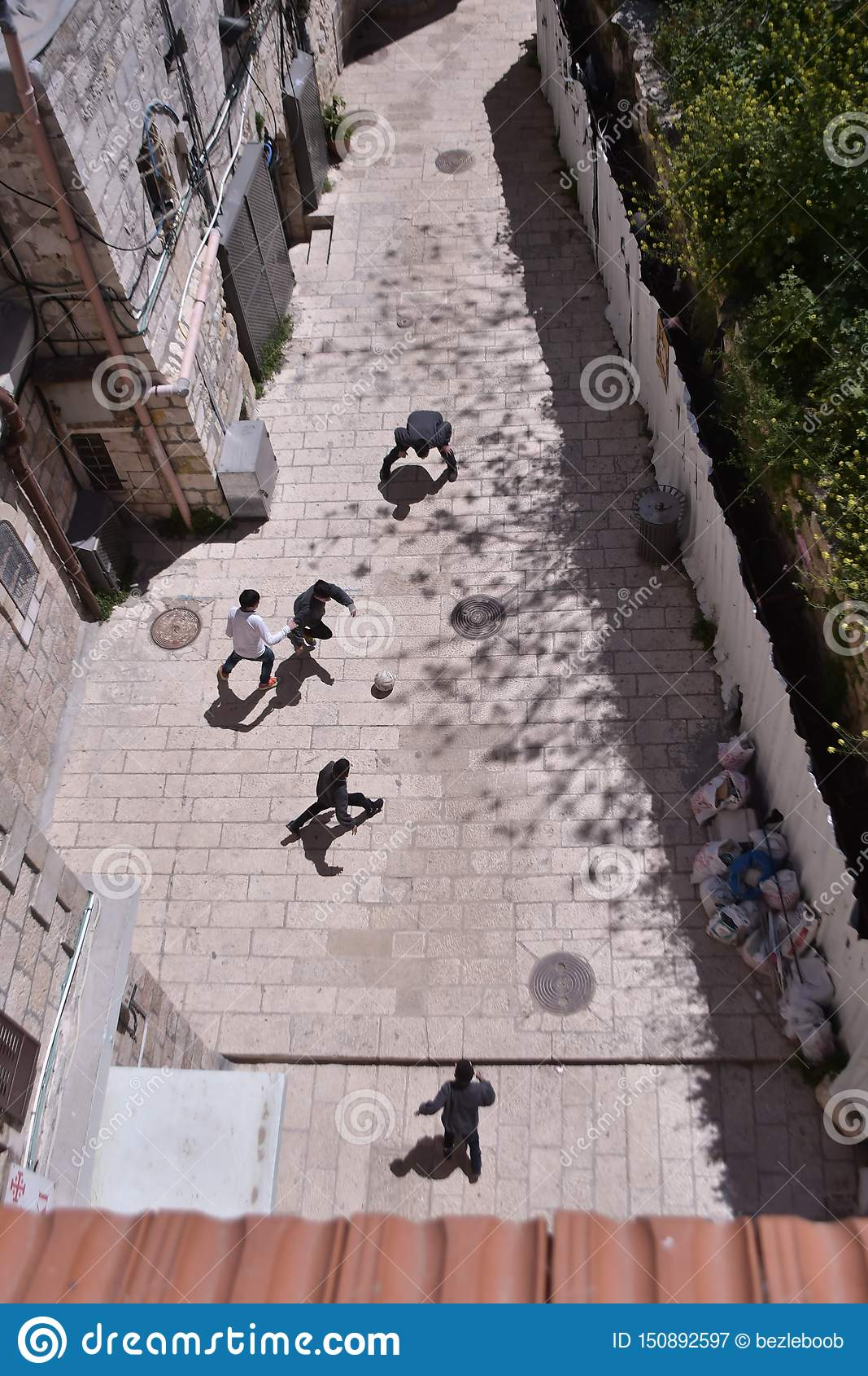 Crianças que jogam o futebol no Jerusalém