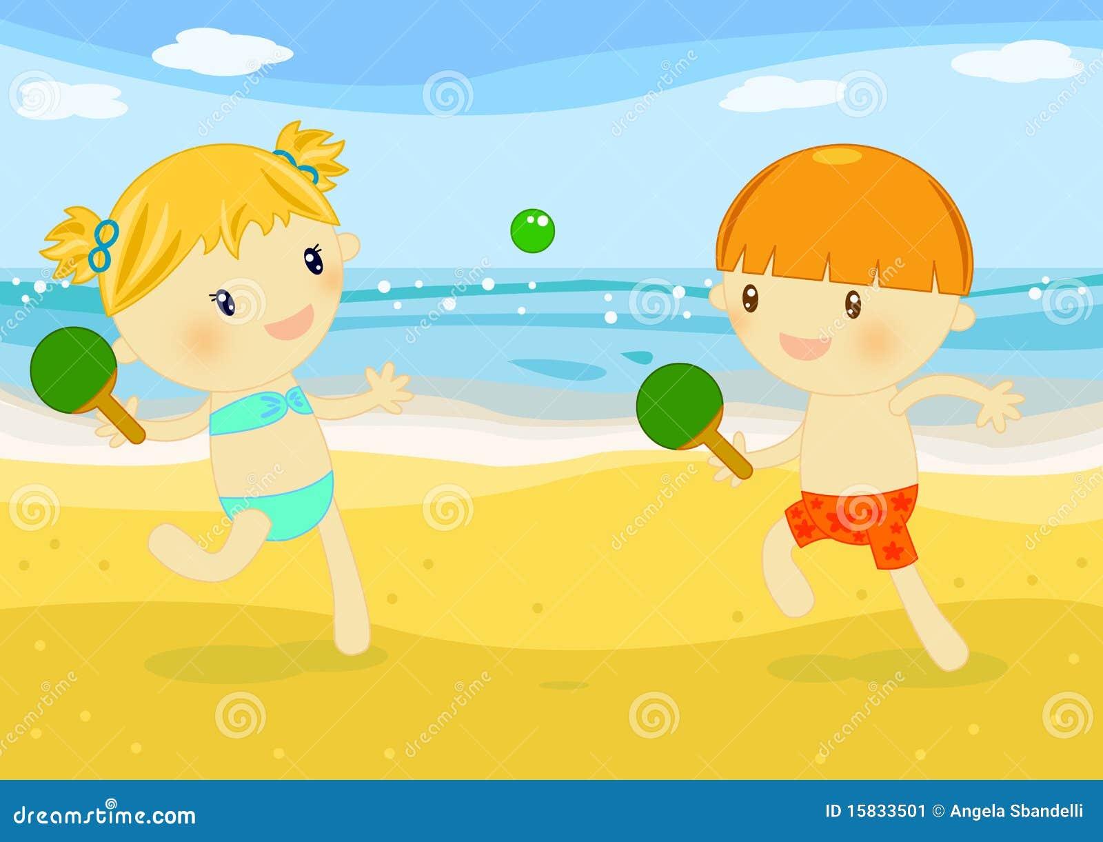 Crianças que jogam raquetes na praia
