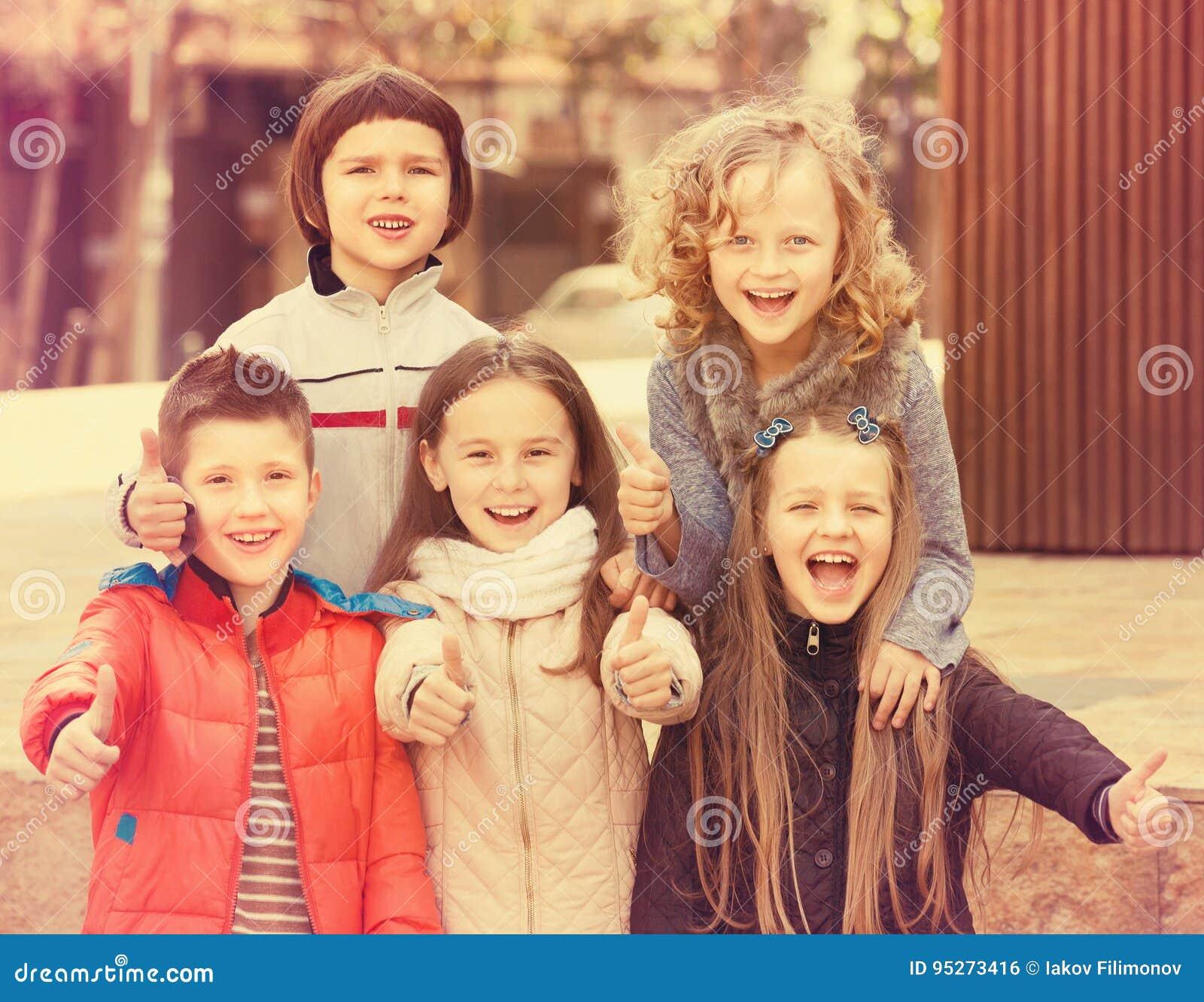 Crianças que mostram os polegares acima