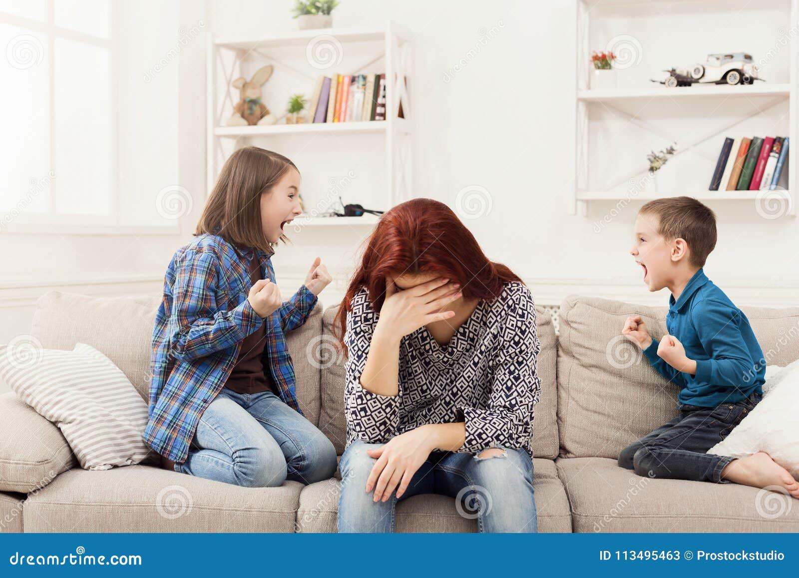 Crianças que têm a discussão sobre a mãe cansado