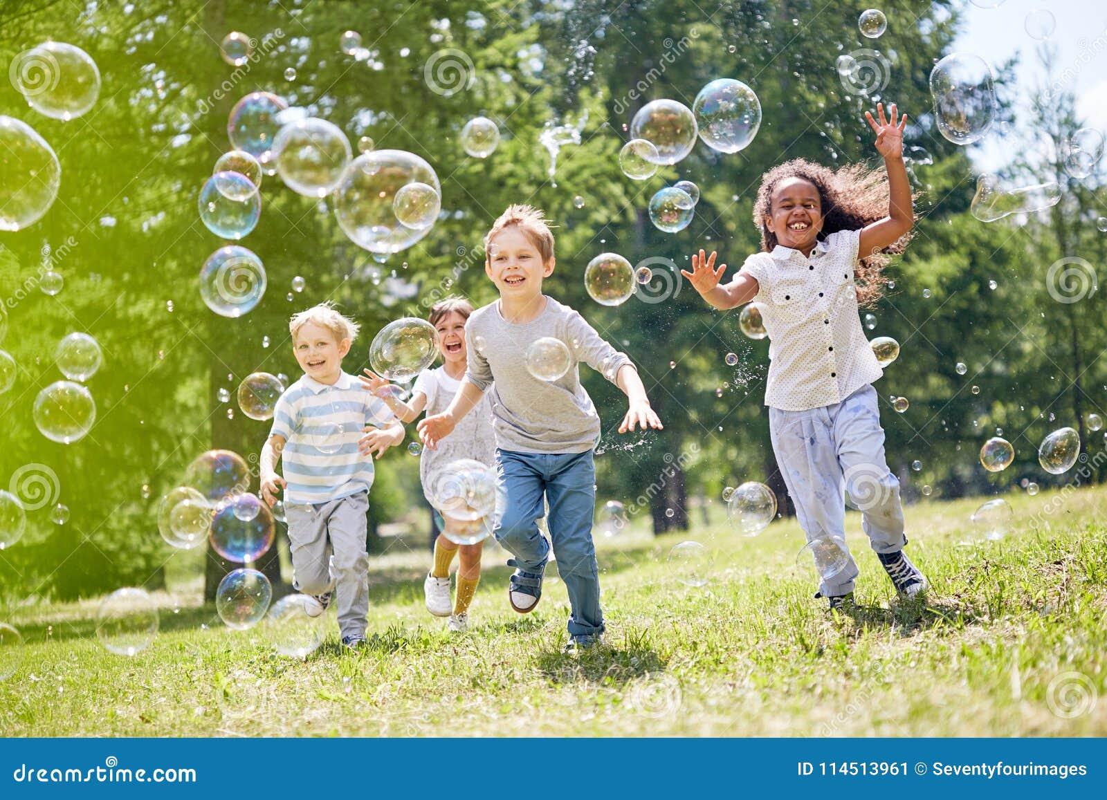 Crianças que têm o divertimento fora