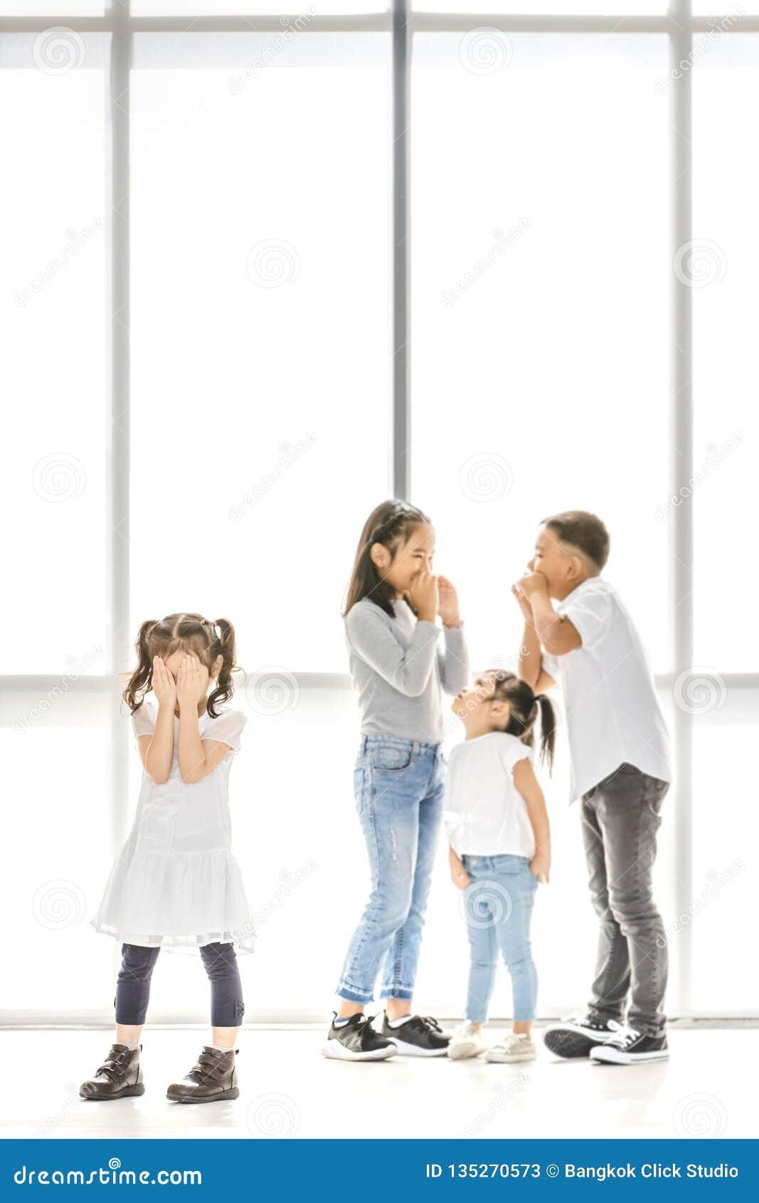 Crianças que tiranizam ao amigo