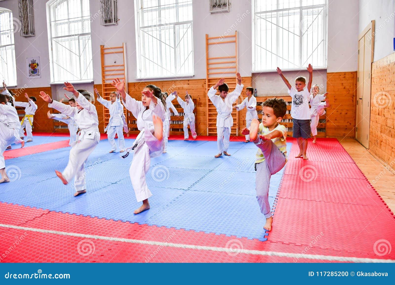 Crianças que treinam o karaté