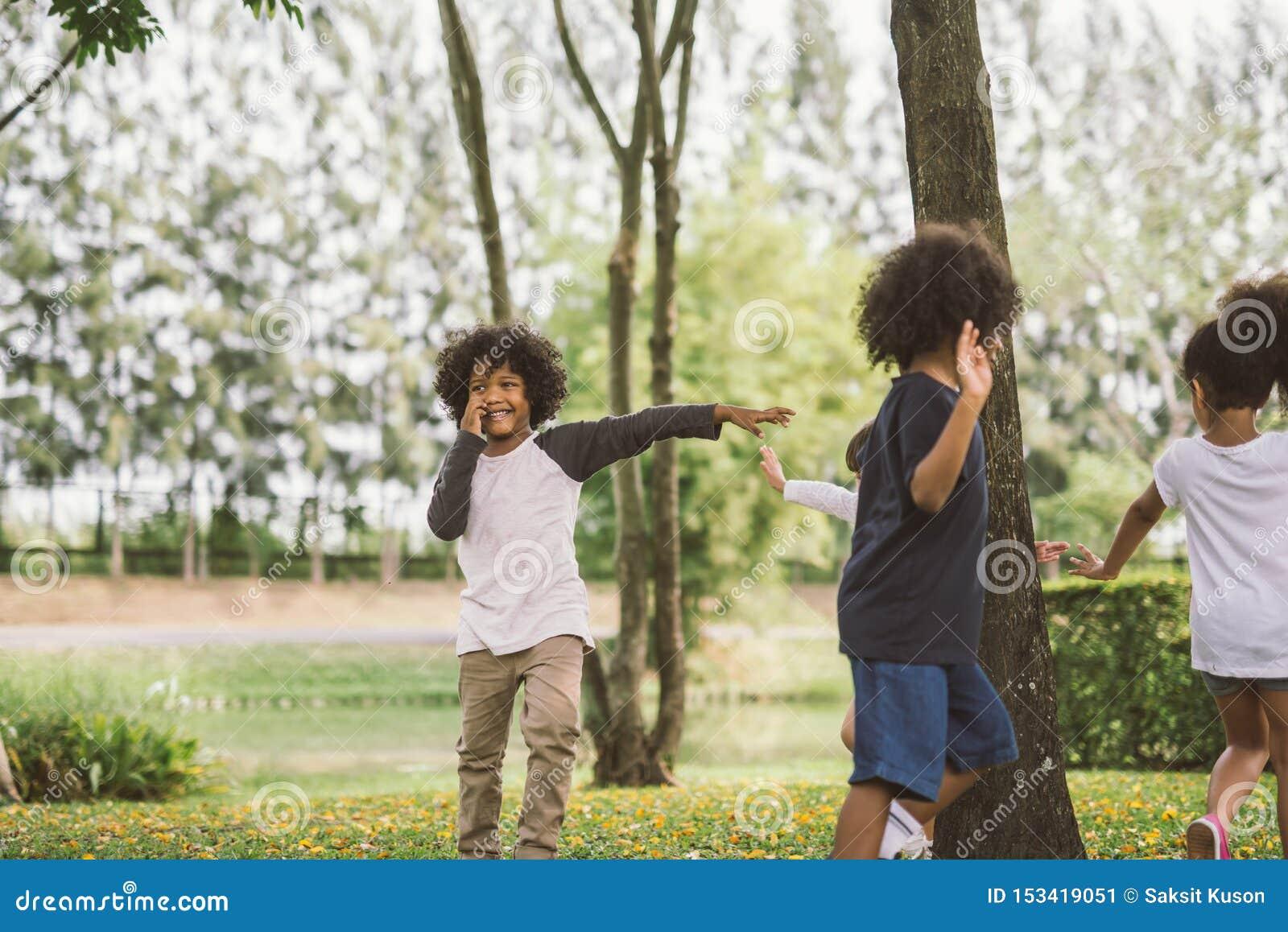 Crian?as que jogam fora com amigos jogo de crian?as pequenas no parque natural