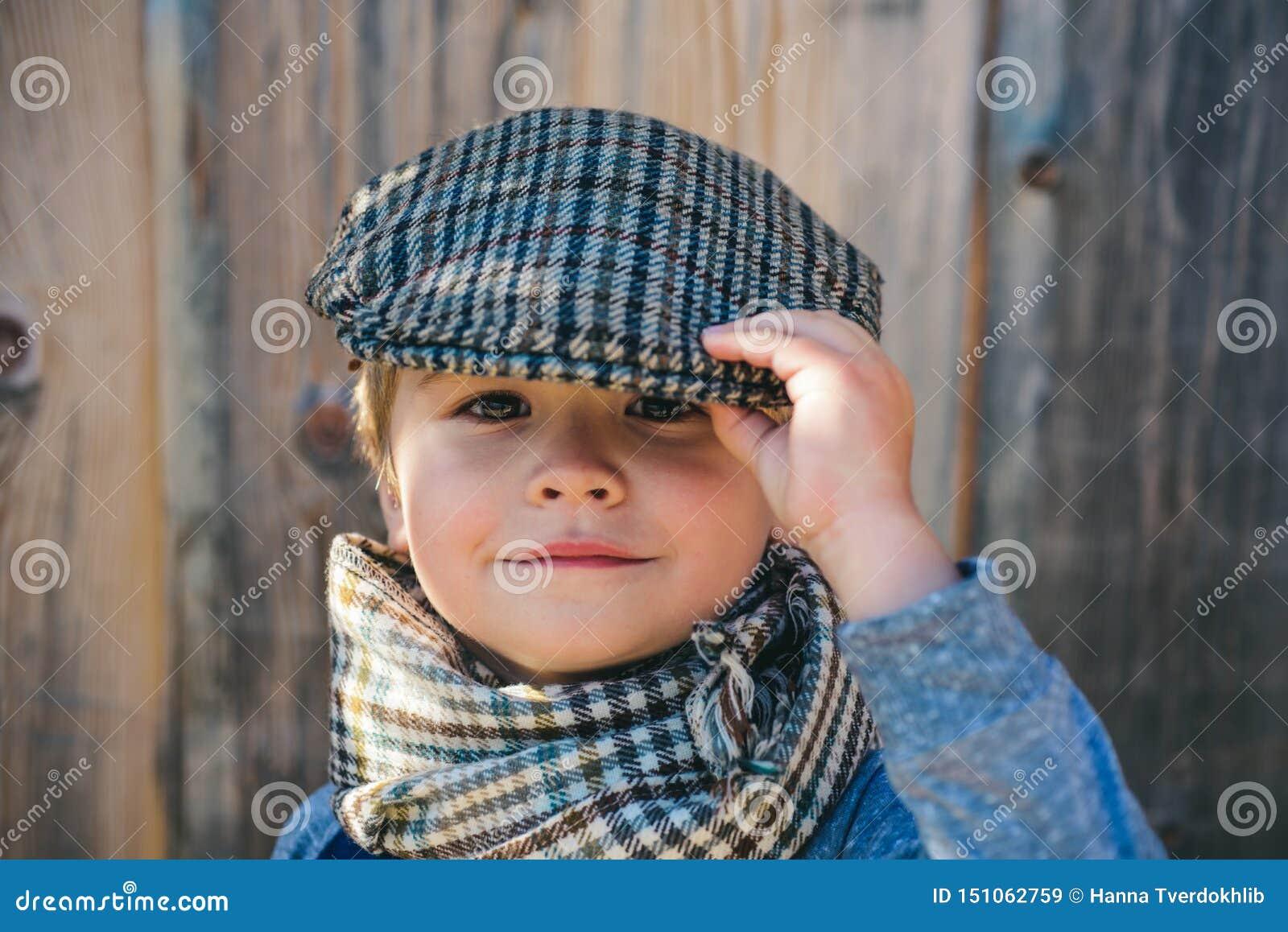 Crian?a pr?-escolar Cara do menino Crian?a elegante Tempo do outono Povos, criança adorável, retrato engraçado Tampão, chapéu e l