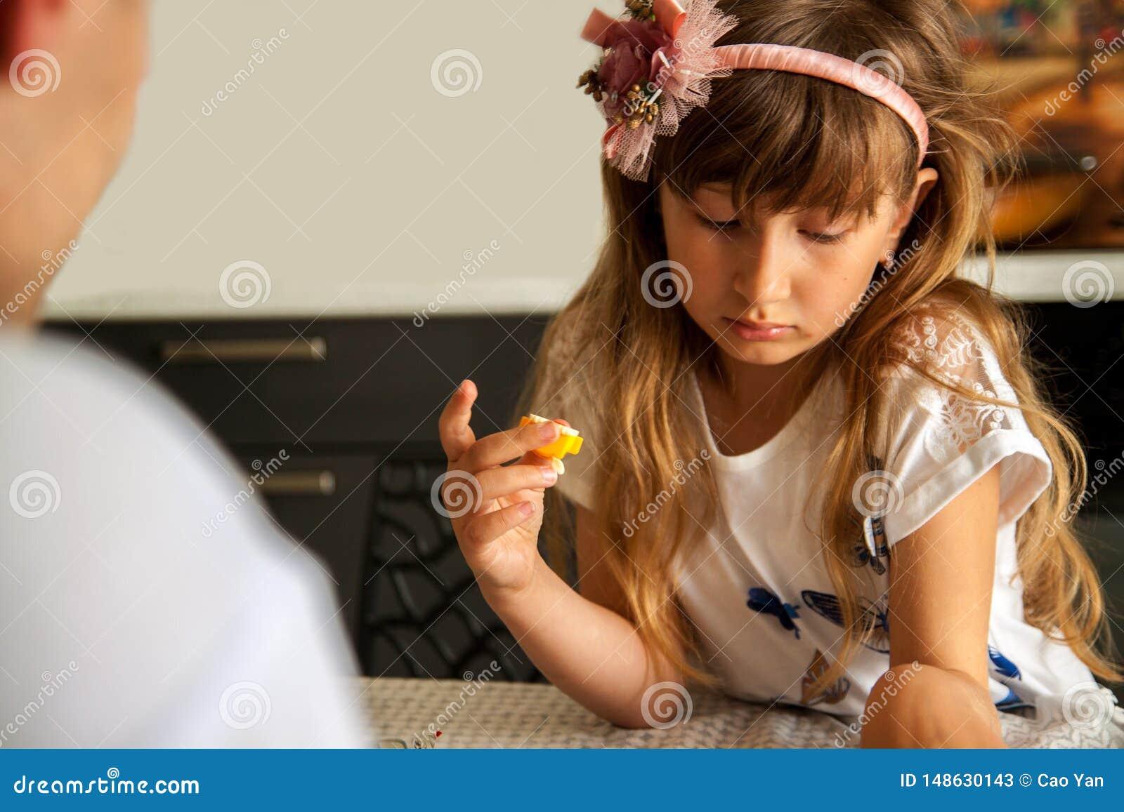 Crian?a triste, crian?a infeliz, menina doente for?ada na depress?o, pessoa abusada doente
