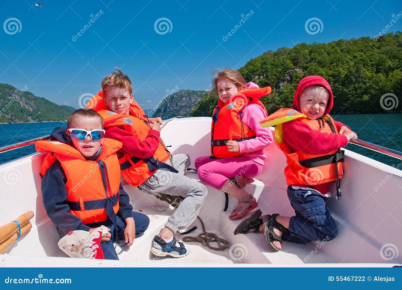 Crianças Nos Colete Salva vidas Em Um Barco Foto de Stock Imagem  #C23D09 1300 957