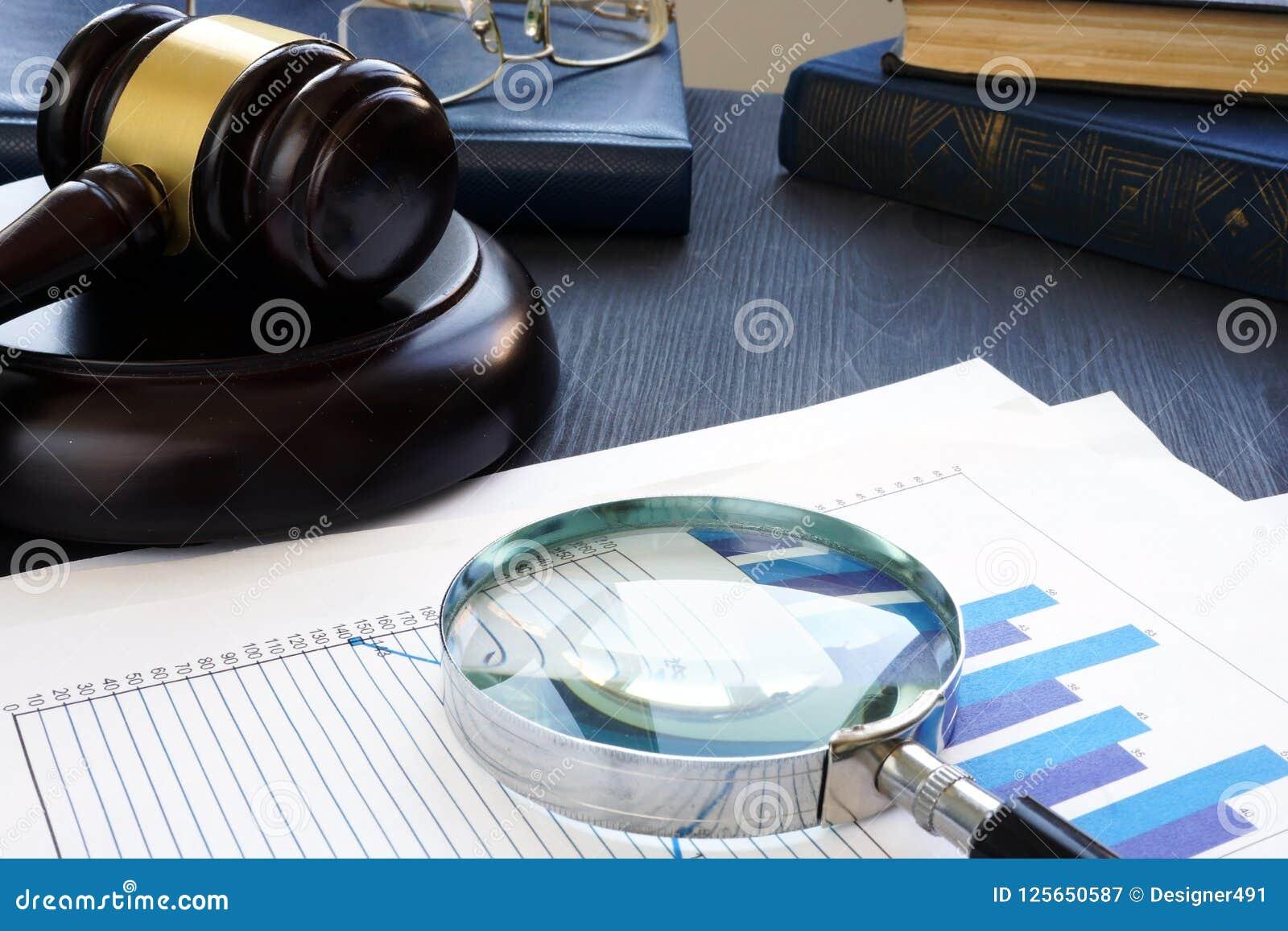 Crime financeiro Martelo e lupa com originais de negócio fraud