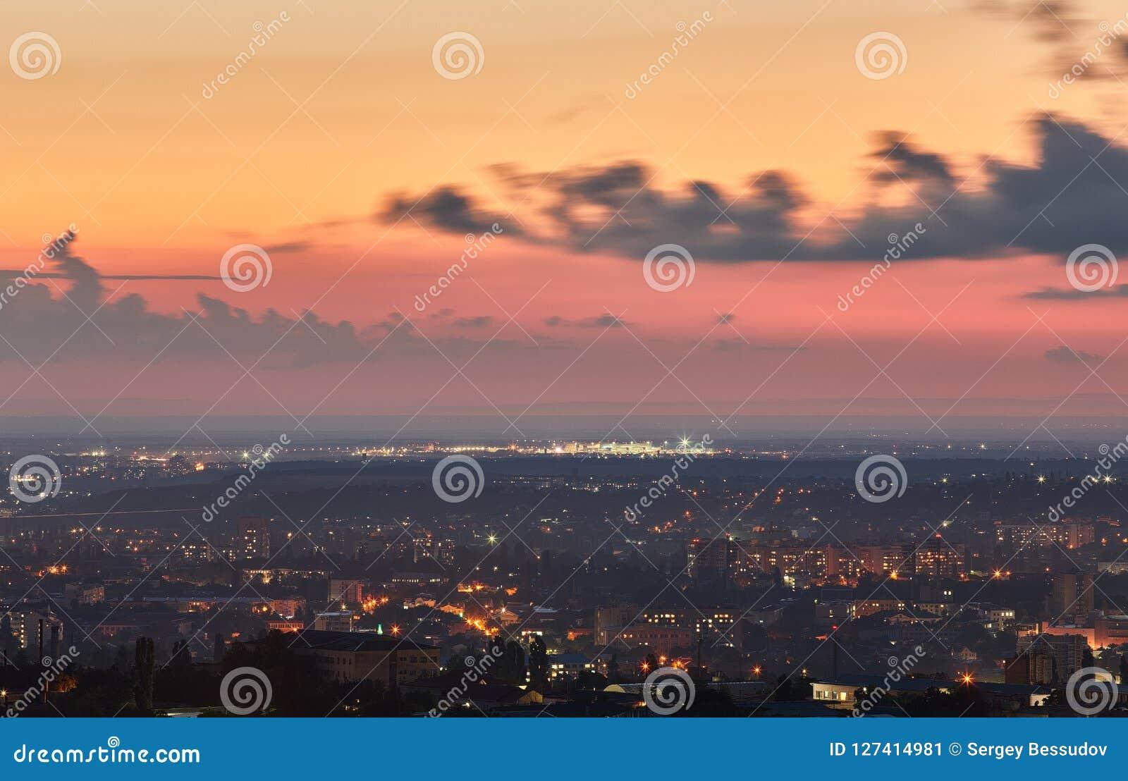 Crimea Simferopol från en fågelperspektiv i strålarna av uppsättningen